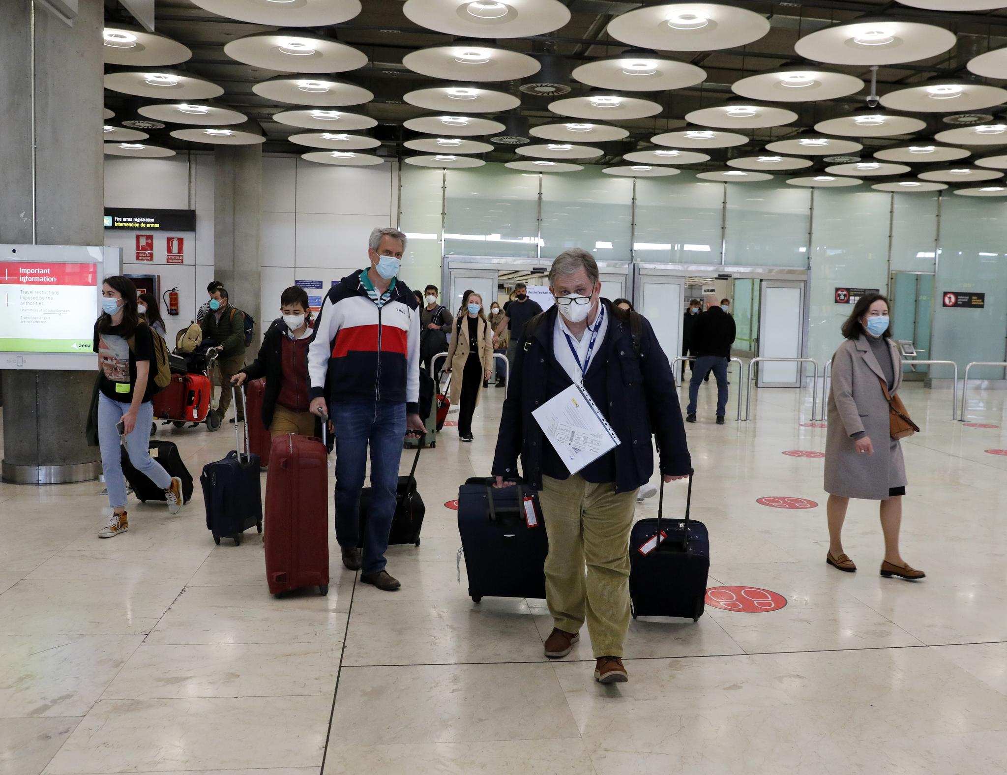 Pasajeros llegan al aeropuerto de Madrid-Barajas.