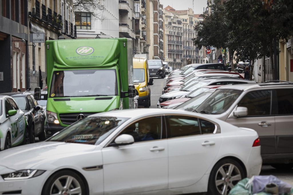 Vehículos en una calle de Madrid.