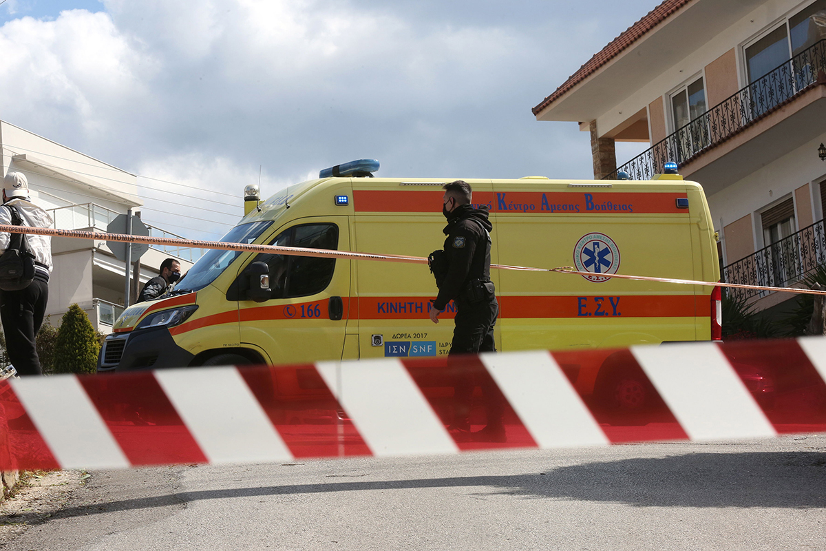 Equipos sanitarios y policiales, a las puertas de la casa del reportero de sucesos Giorgos Karaivaz en Atenas.