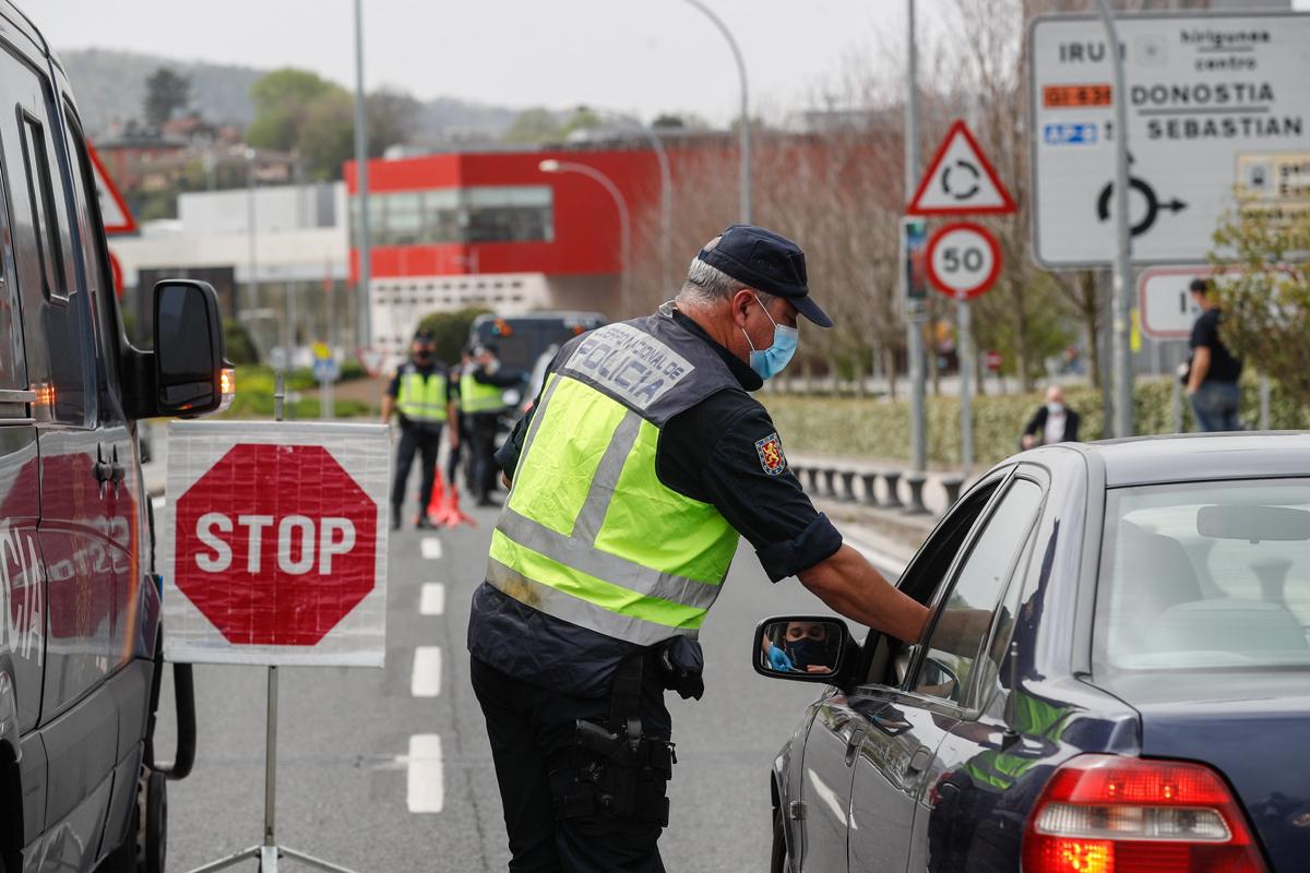 Agentes de la Policía Nacional realizan un control en el paso fronterizo de Irún (Guipúzcoa).