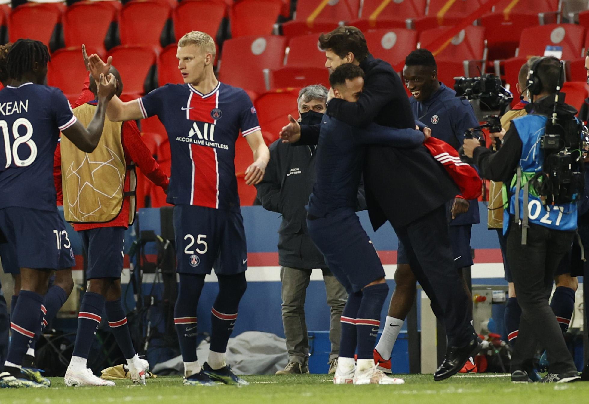 Neymar celebra la victoria con Pocchetino.