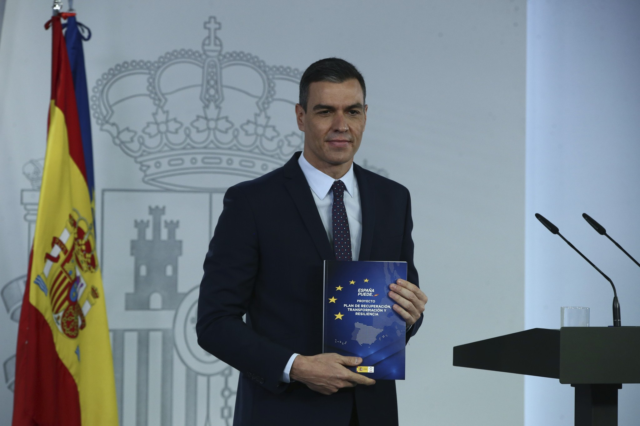 Pedro Sánchez muestra el 'libro azul' del plan de recuperación, este martes, en La Moncloa.