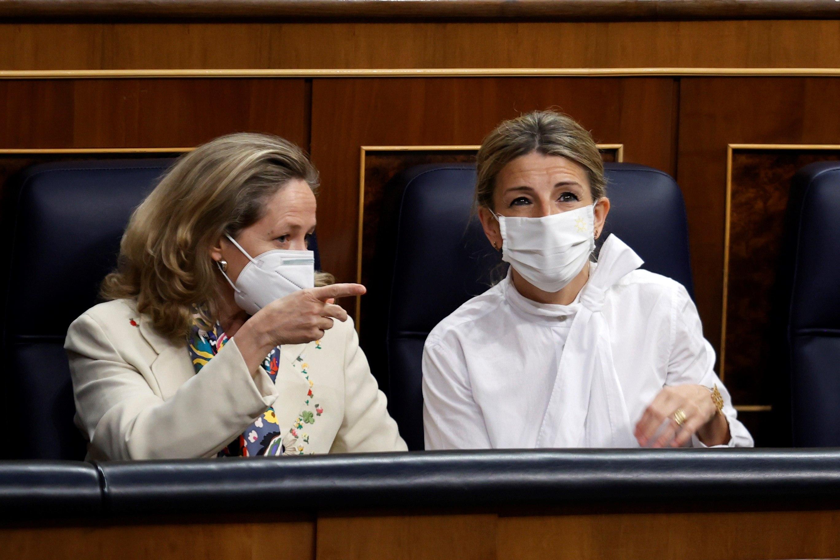 La ministra de Economía, Nadia  Calviño con la ministra de Trabajo, Yolanda  Díaz durante la sesión de ayer en el Congreso