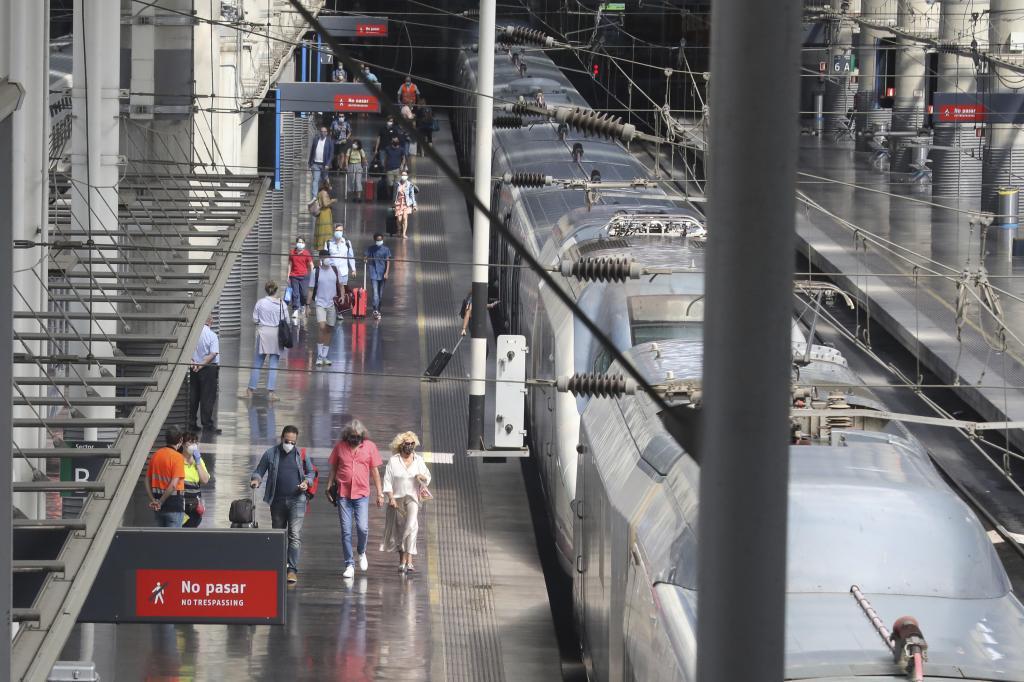 Un tren detenido en la estación de Madrid-Atocha