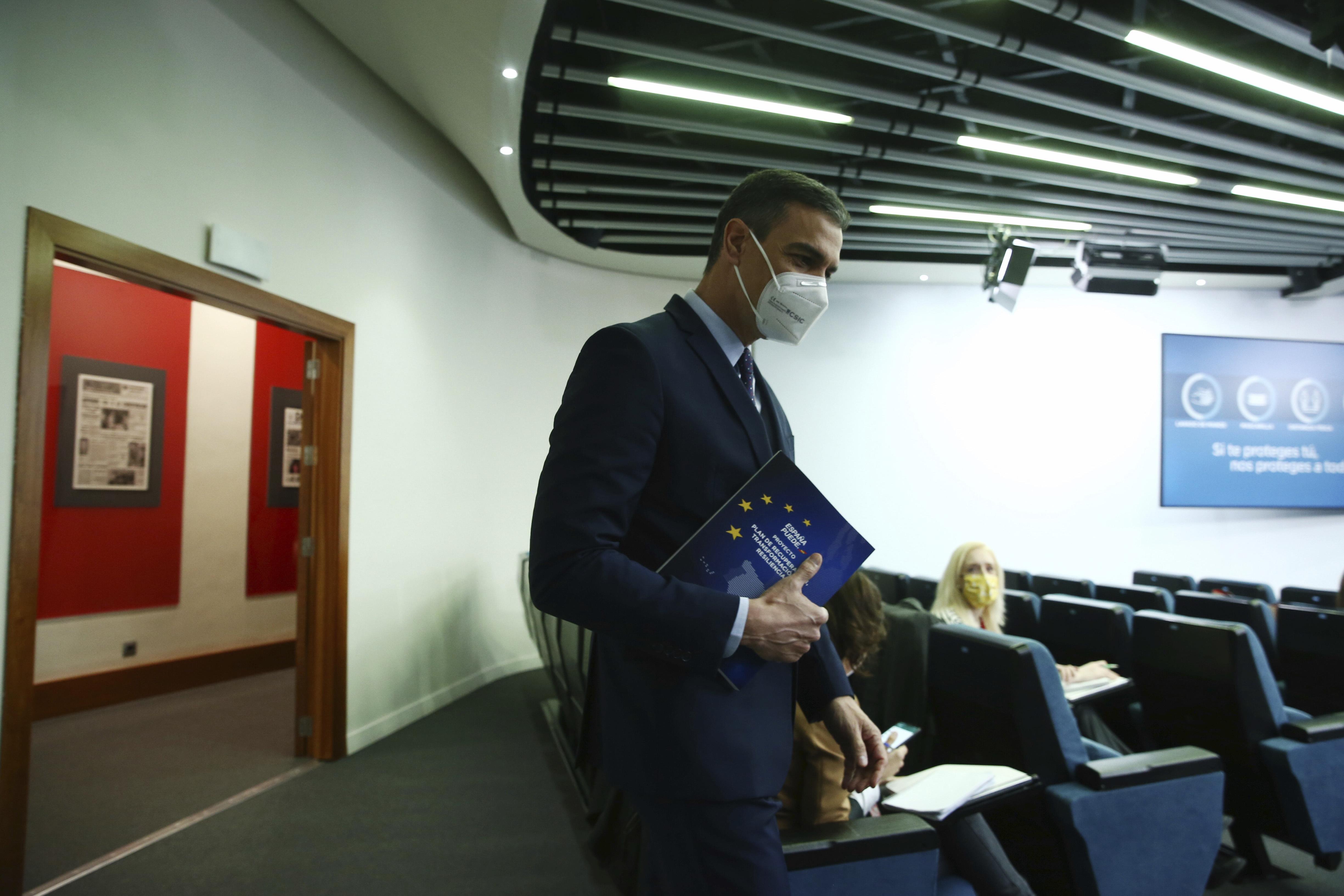 Pedro Sánchez, con el libro que recoge el plan de recuperación.