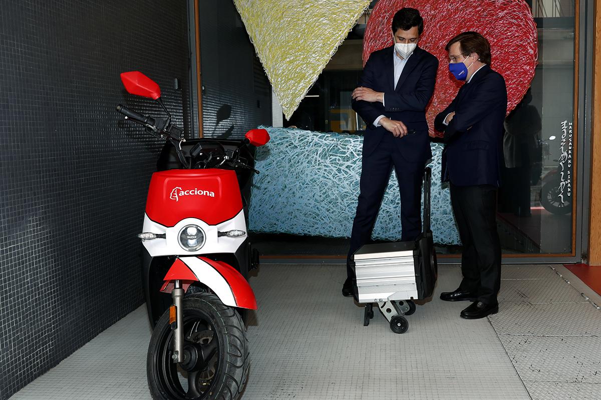 El directivo de Acciona muestra su moto eléctrica al alcalde de Madrid