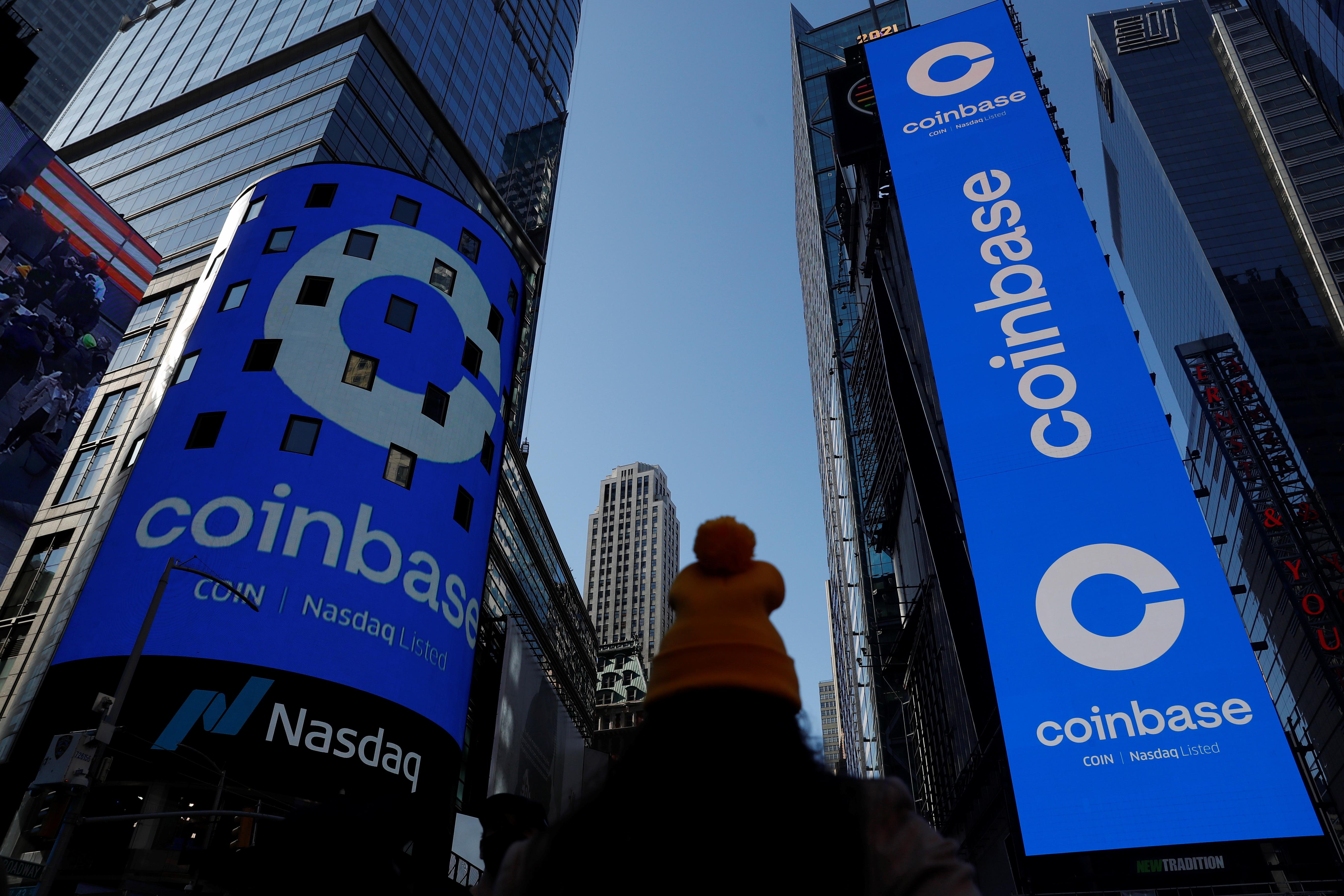 El logotipo de Coinbase en las pantallas de la sede del Nasdaq.
