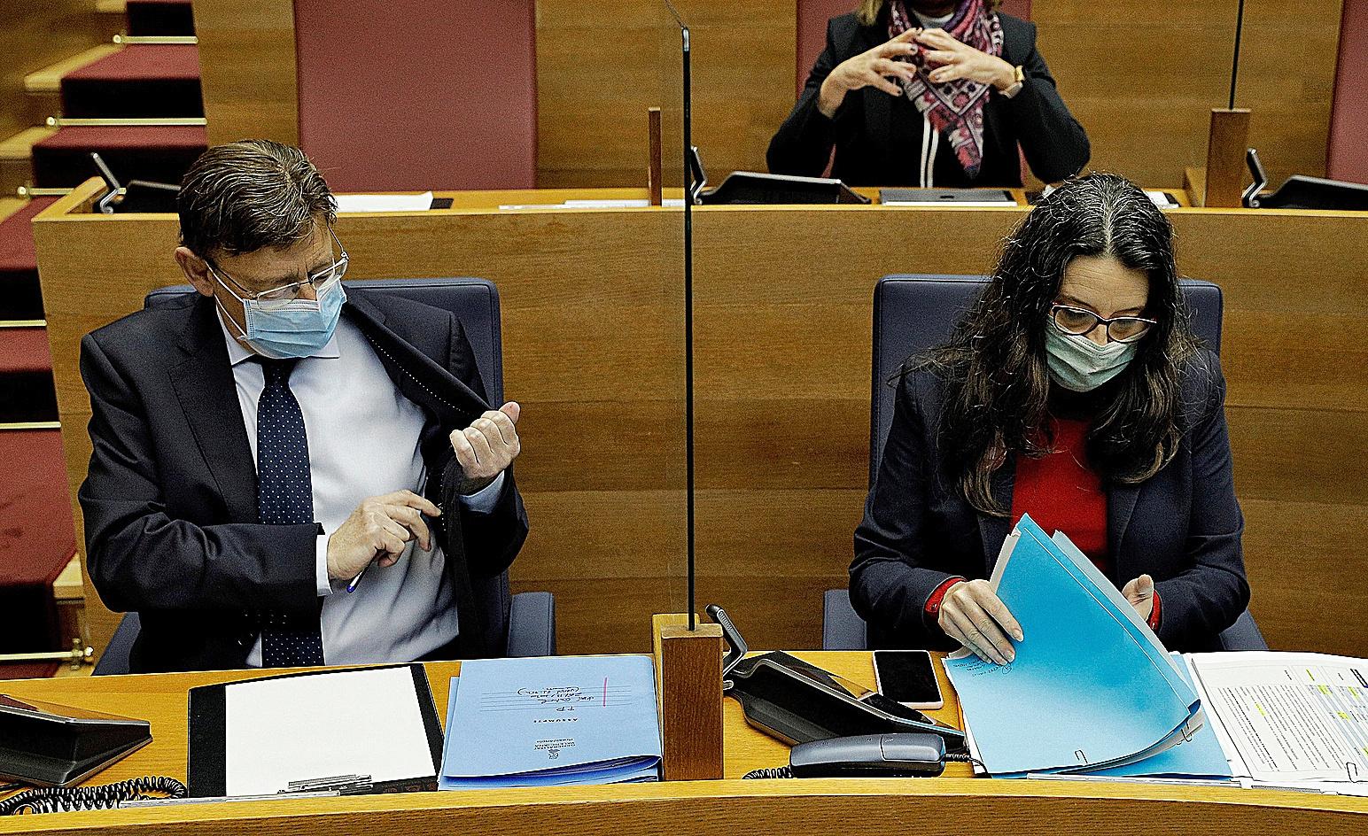 Ximo Puig y la vicepresidenta valenciana, Mónica Oltra, en las Cortes.