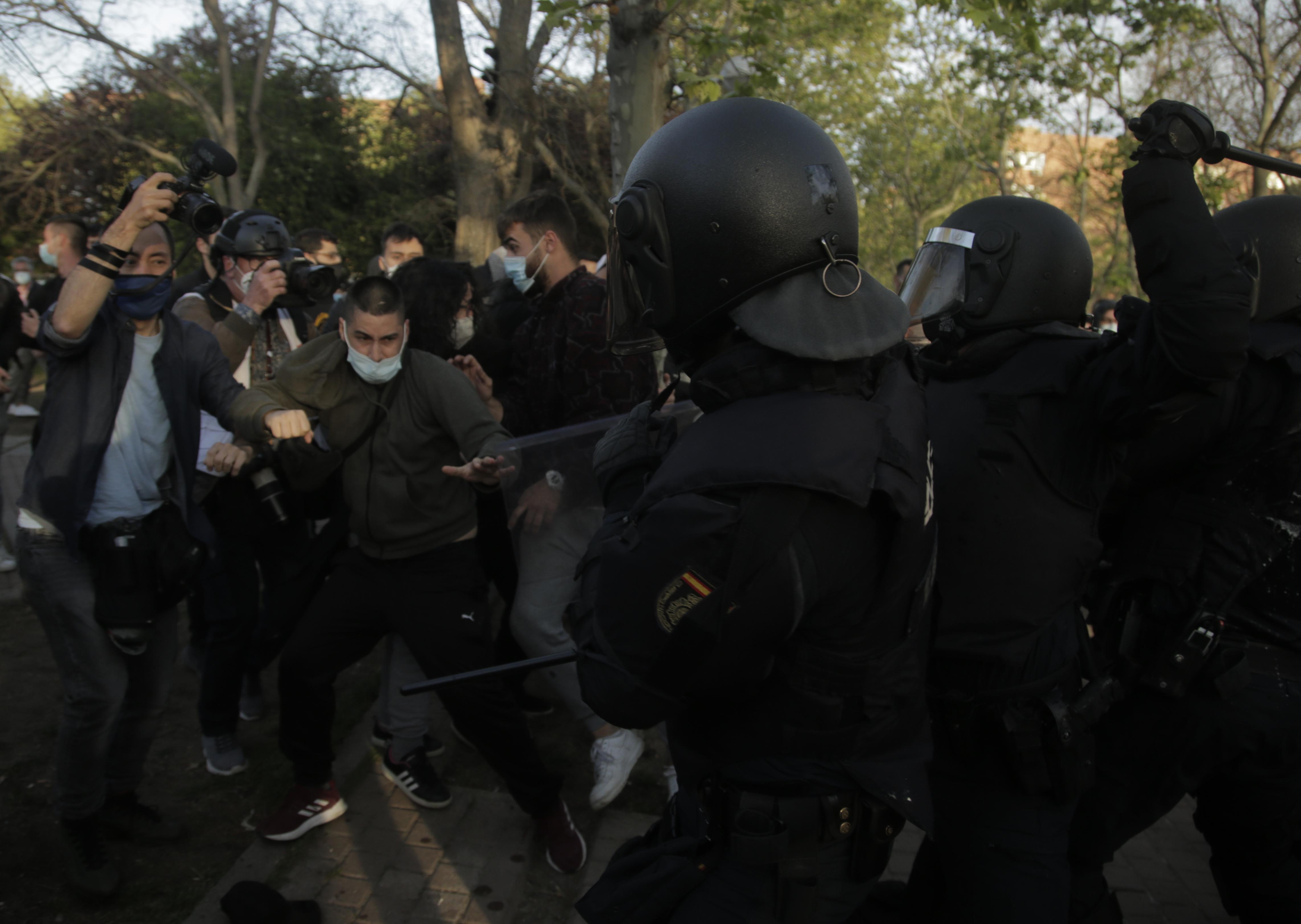 La Policía se enfrenta a los ultras que trataron de reventar el mitin de Vox en Vallecas.