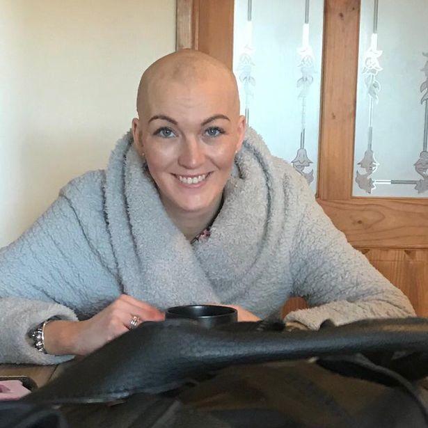 Justine Jianikos tras someterse a un tratamiento de quimioterapia