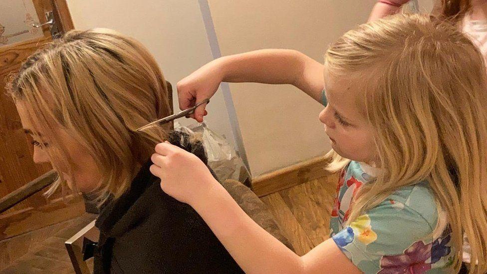 Halle, la hija de Justine, cortándole el pelo