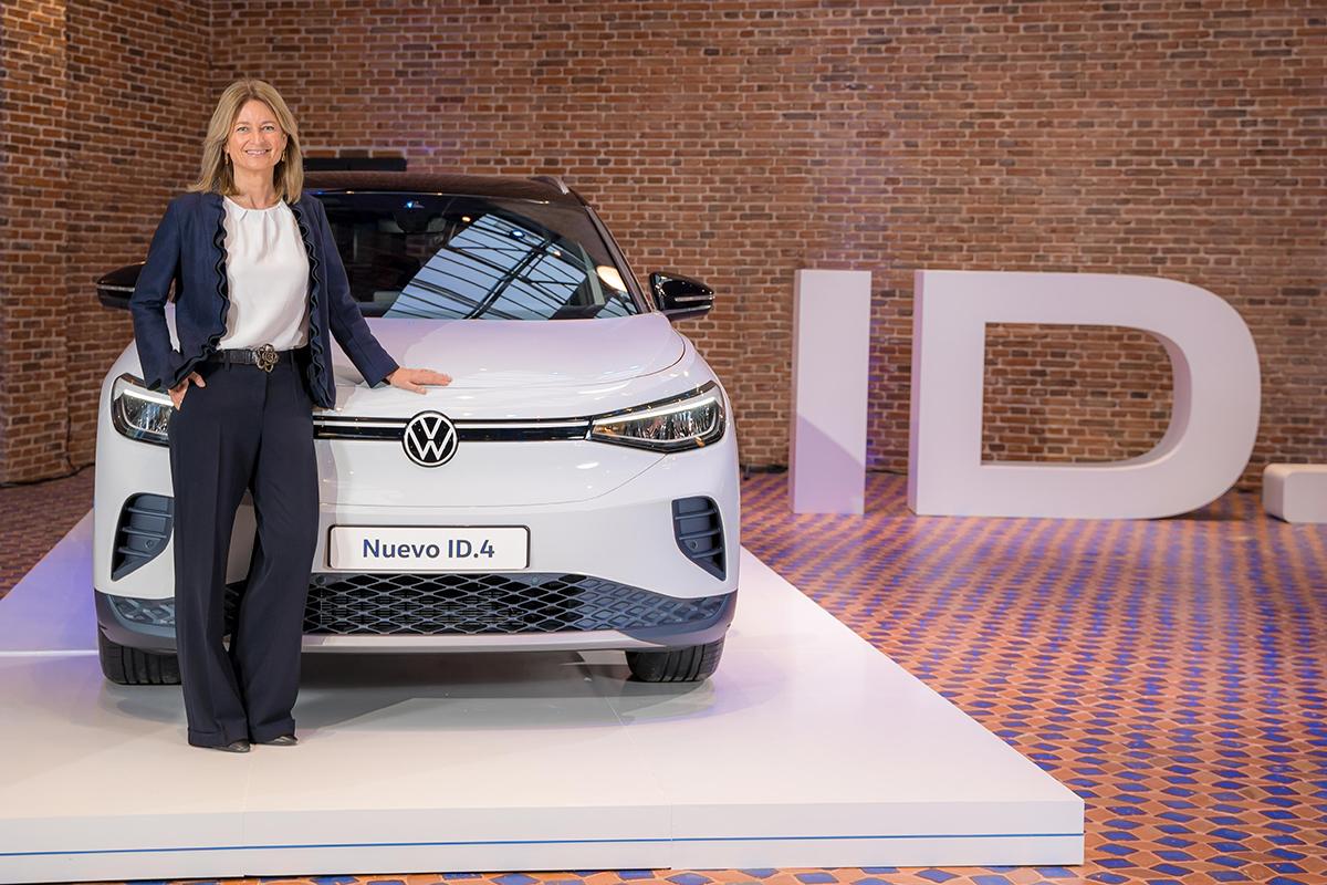 Laura Ros, directora de Volkswagen España junto al nuevo ID.4