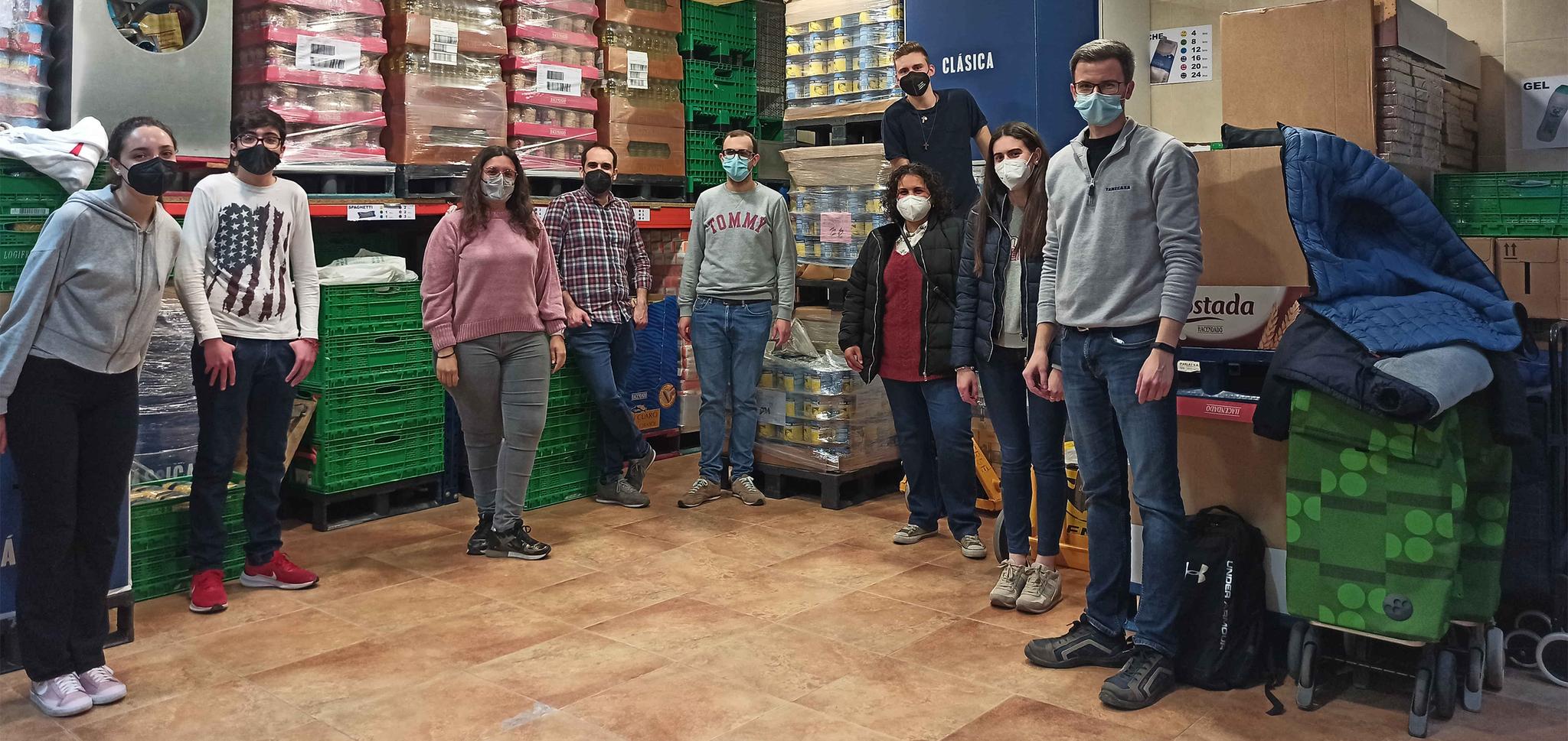 Voluntarios de Joventut Antoniana reponen las estanterías de la sede.