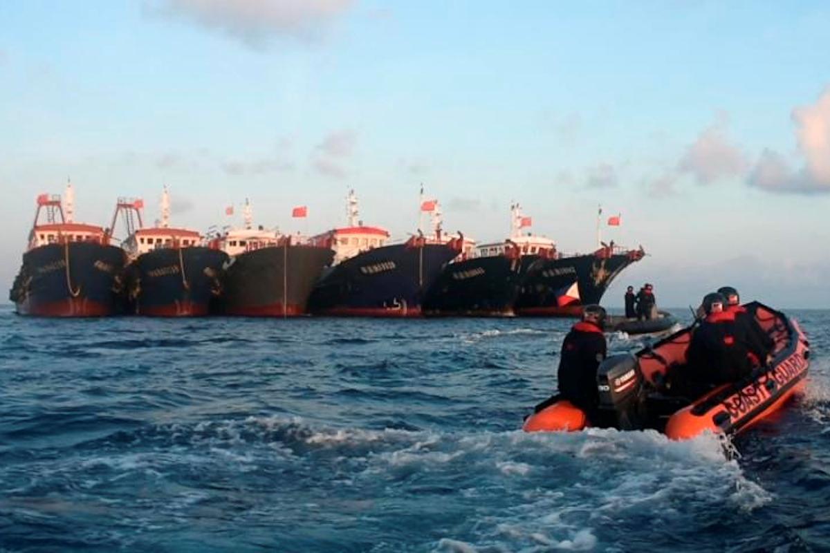 Embarcaciones chicas en el Arrecife Whitsun (Mar de China Meridional).