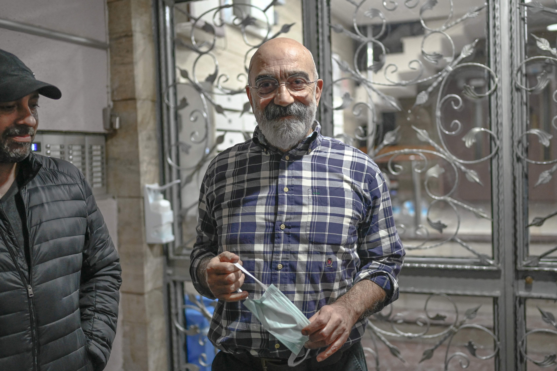 Ahmet Altan, en su casa, al llegar de la cárcel.