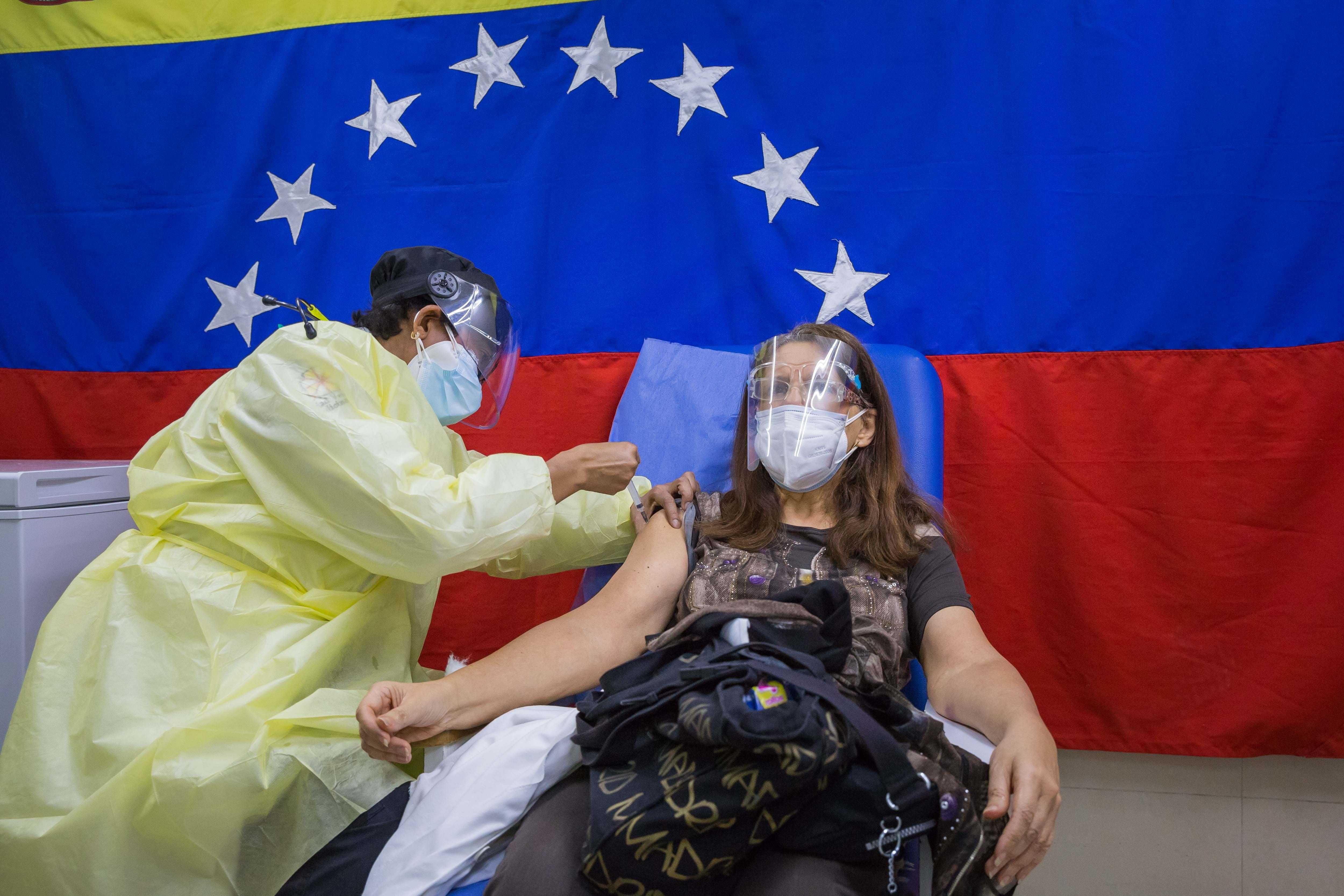 Una mujer recibe la vacuna en un hospital público de Caracas.