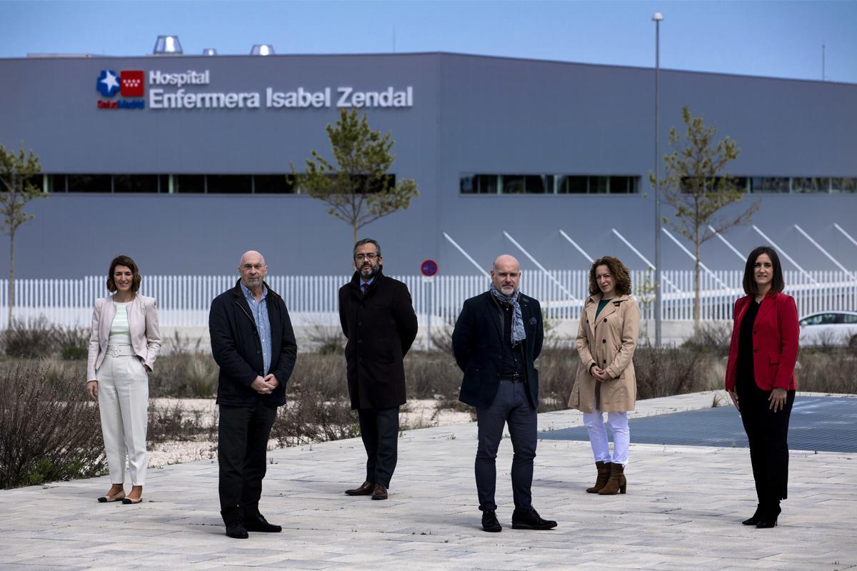 Los expertos consultados posan ante el Hospital Isabel Zendal.
