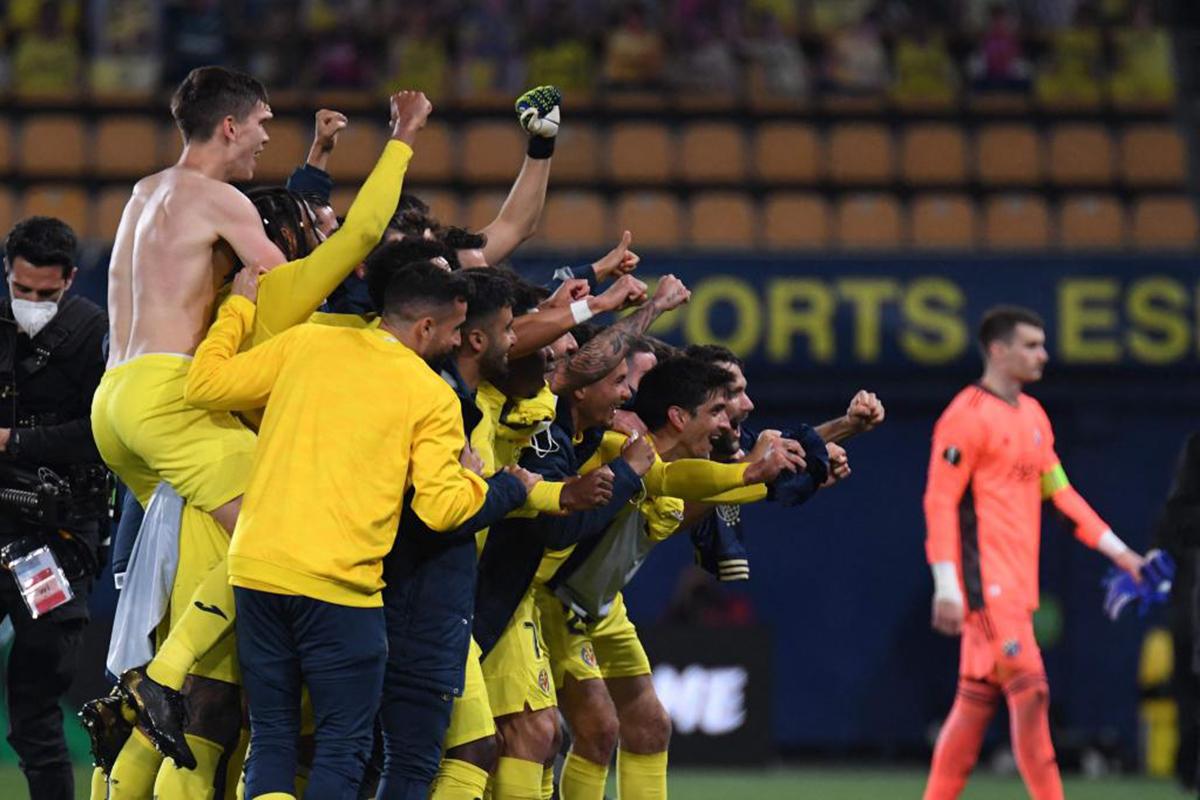 Los jugadores del Villarreal celebran su paso a semifinales de la Europa League por quinta vez en su historia.