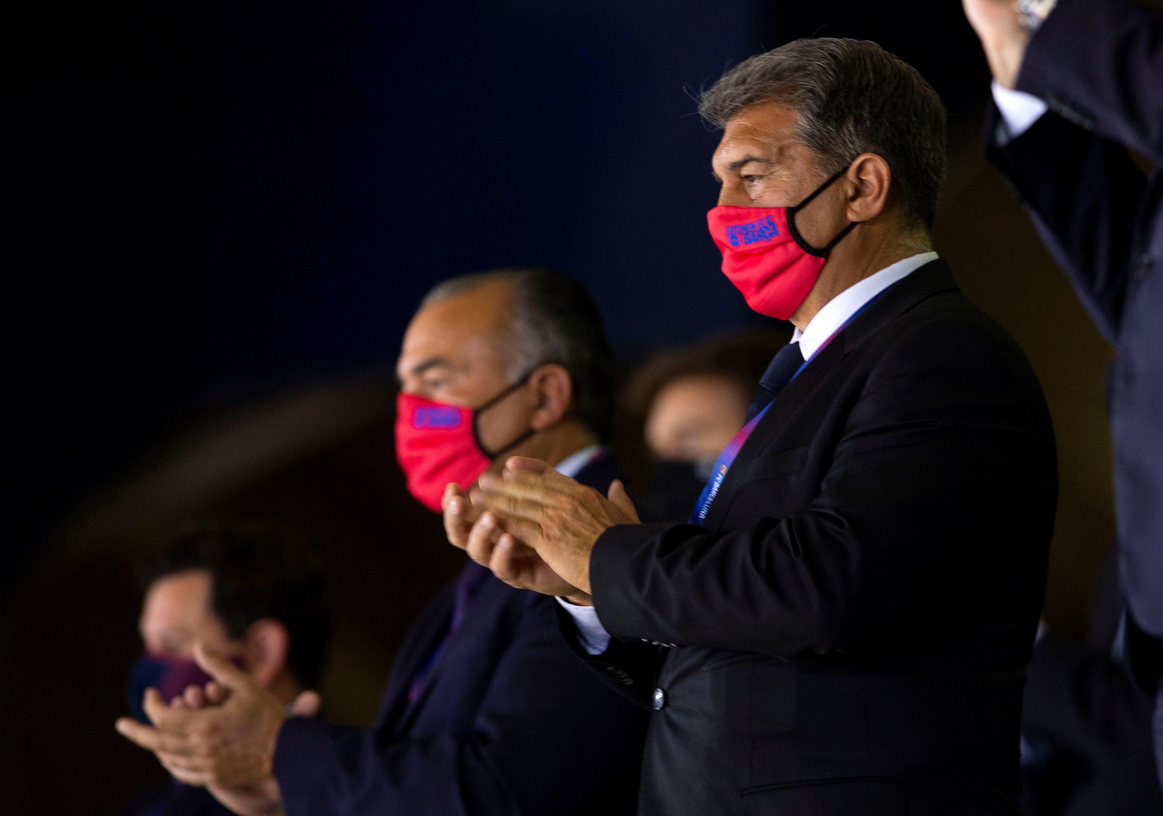 Laporta, con Nacho Rodríguez al fondo, en el palco del Palau el pasado domingo.