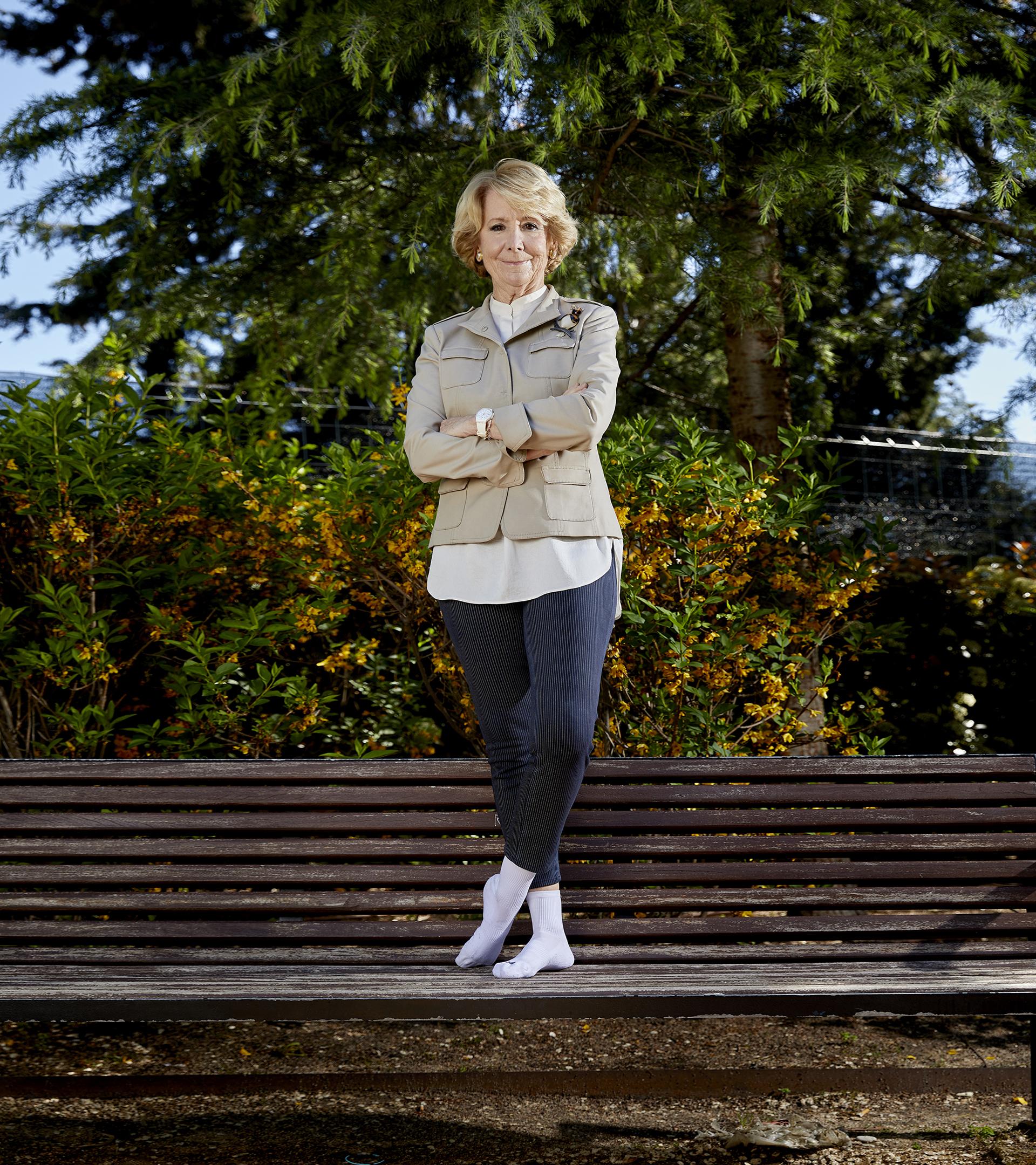 Esperanza Aguirre posa para 'Crónica' con calecetines blancos.