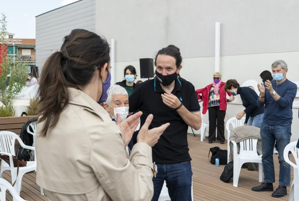 Irene Montero aplaude a Pablo Iglesias en un acto de precampaña de Unidas Podemos en Madrid.