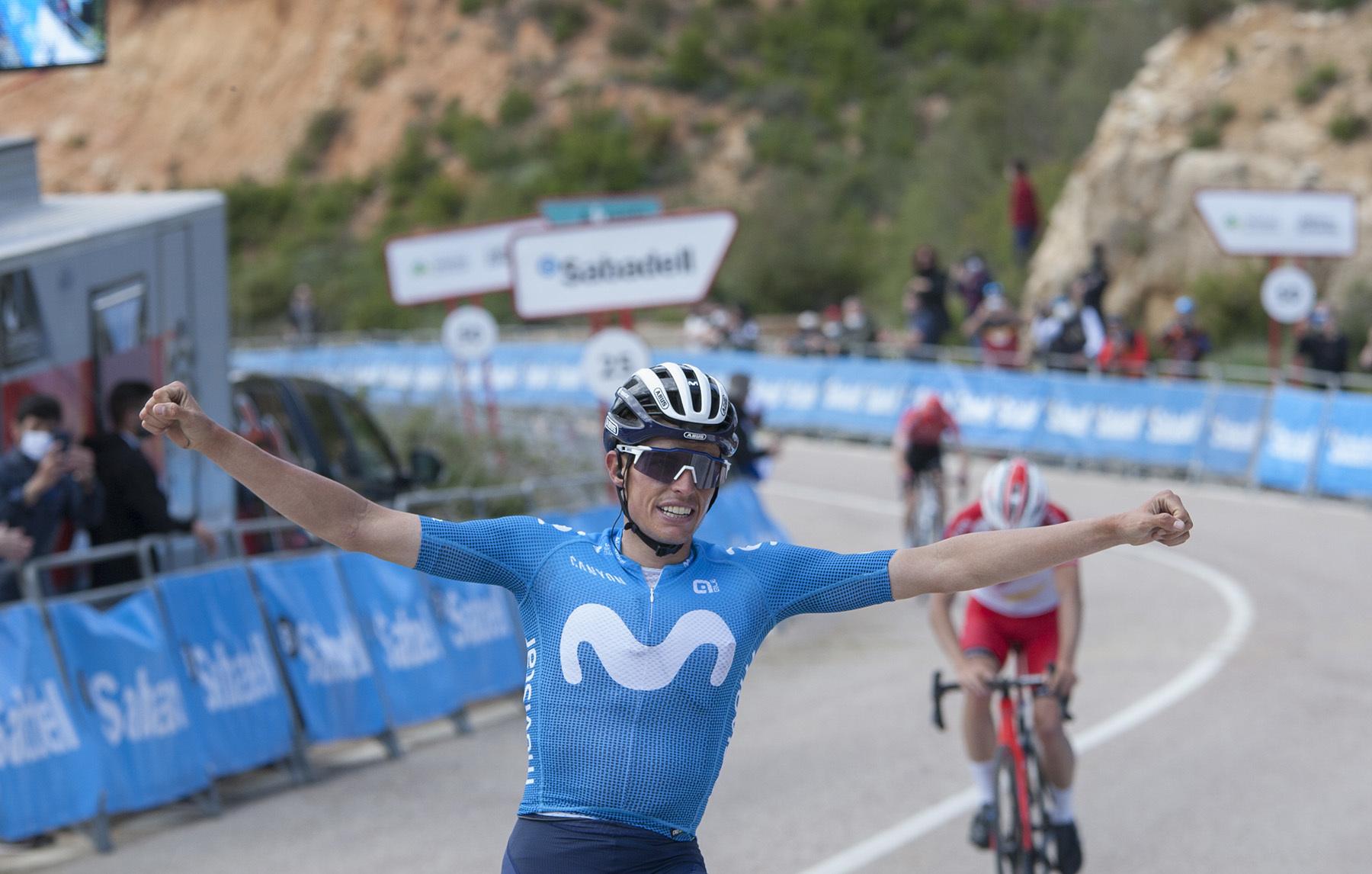 Enric Mas celebra su victoria en el Alto de la Reina, Dos Aguas (Valencia).