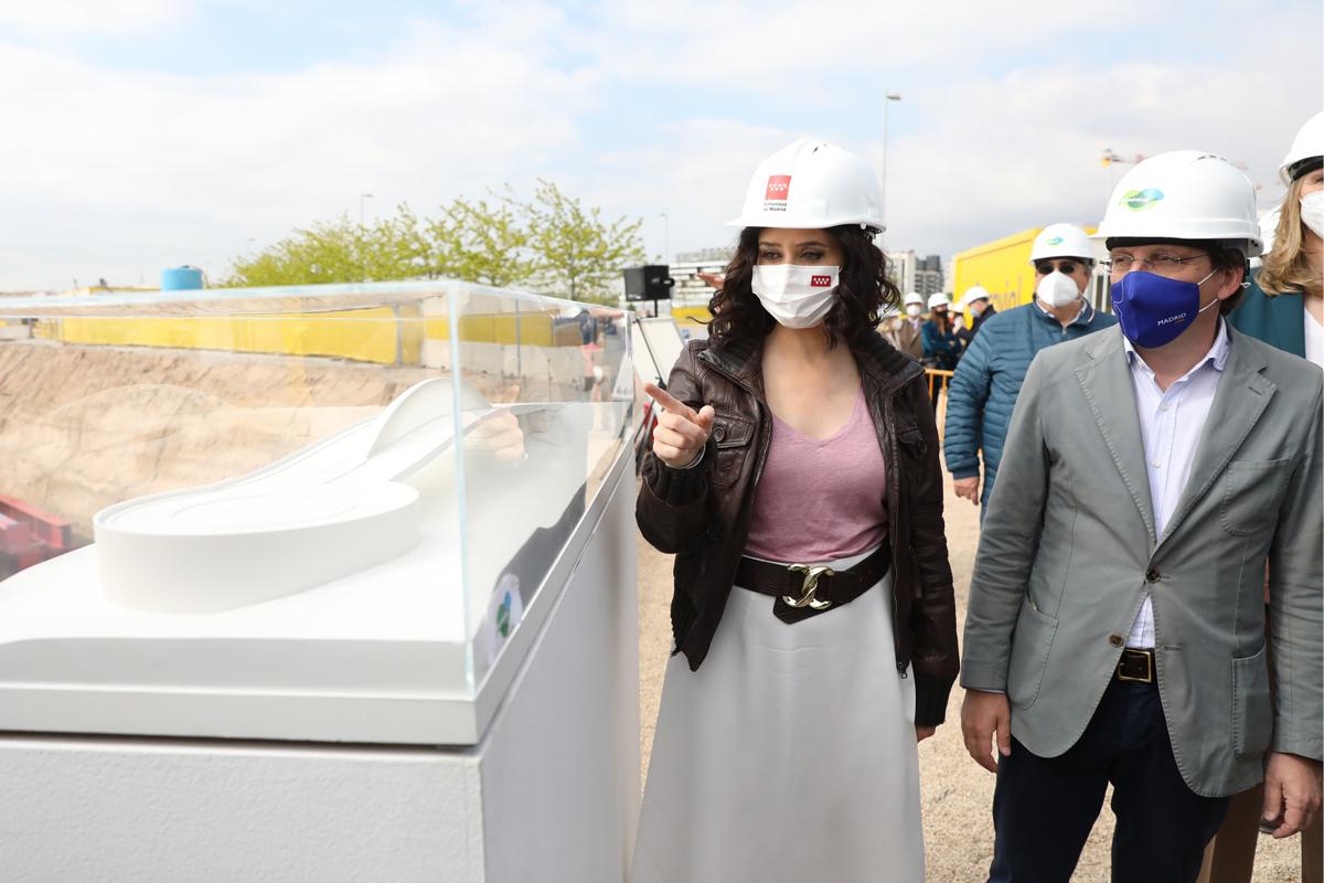 Isabel Díaz Ayuso y José Luis Martínez-Almeida visitan las obras de conexión entre Valdebebas y la T4.