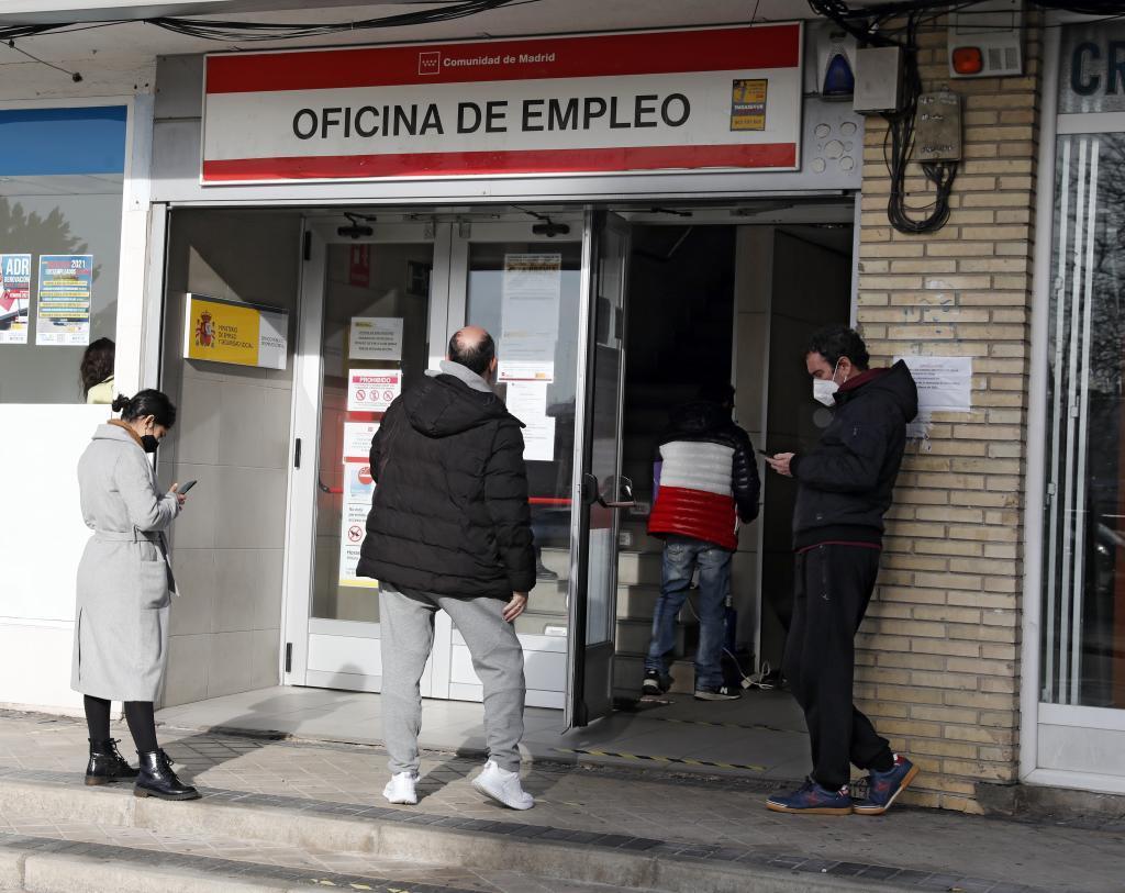 Varios desempleados hace cola en una oficina del Sepe de Madrid.