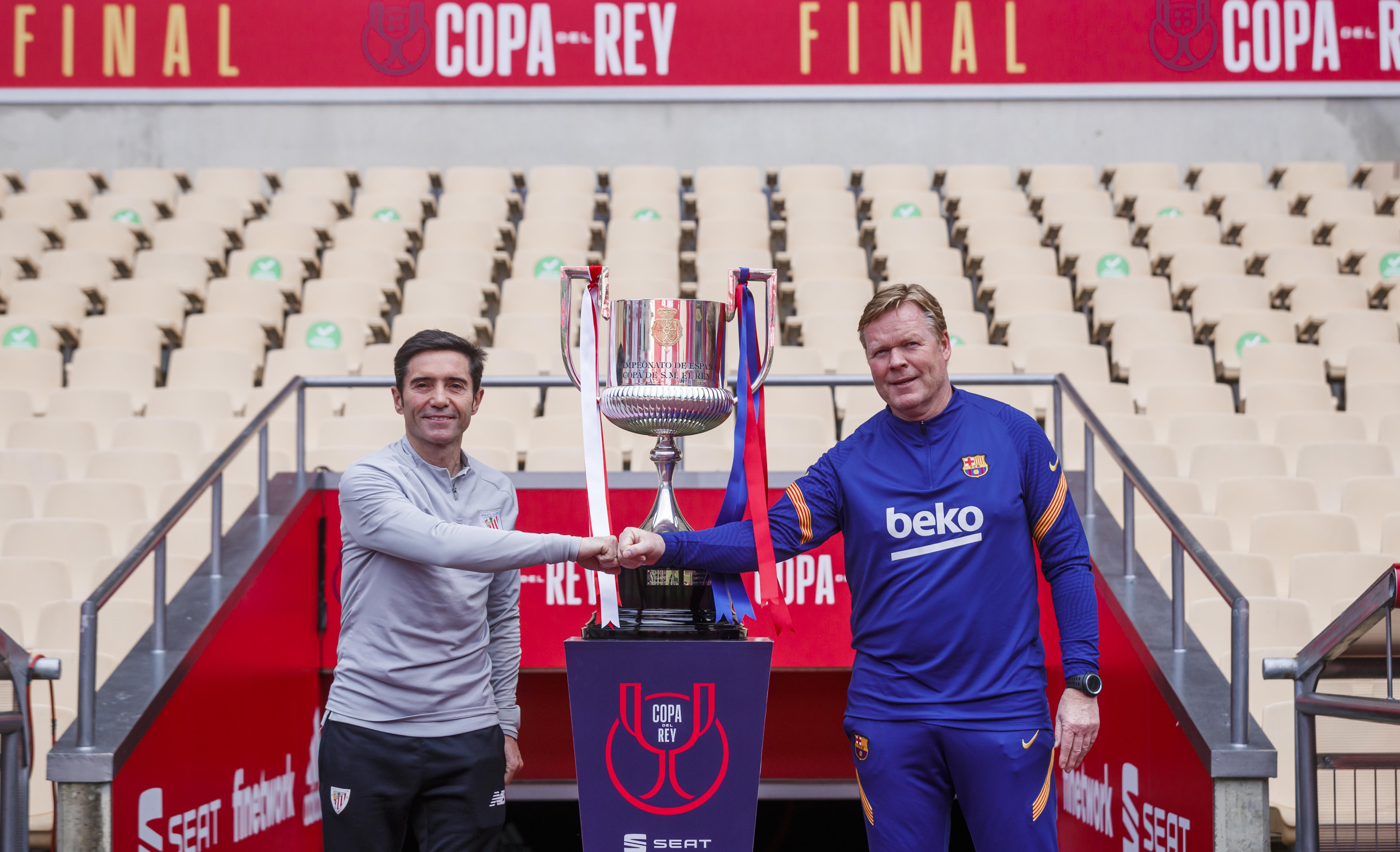 Marcelino y Koeman posan con la Copa en La Cartuja.