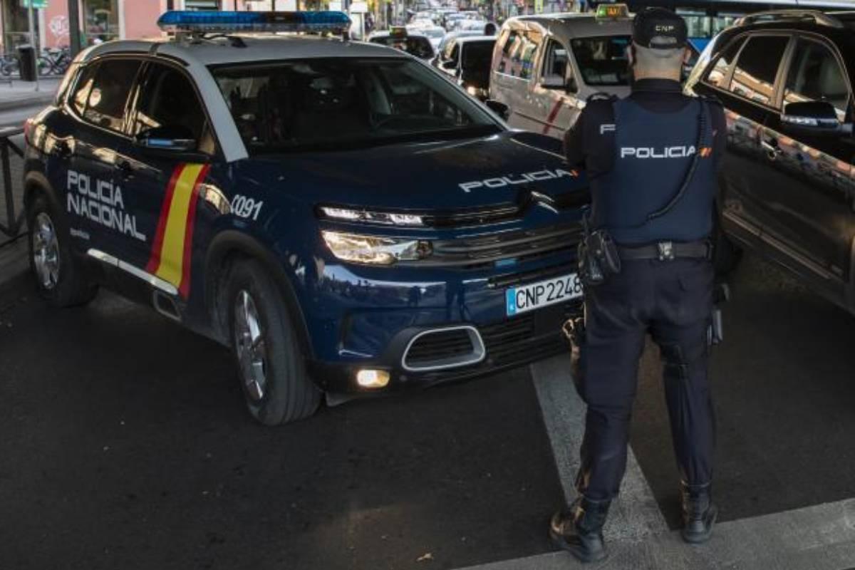 Una patrulla vigila el cumplimiento de las restricciones
