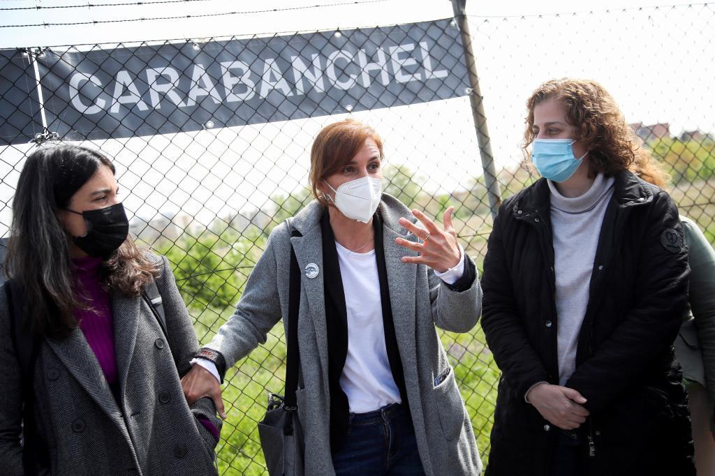 Mónica García, candidata de Más Madrid, visita el solar de la antigua cárcel de Carabanchel.