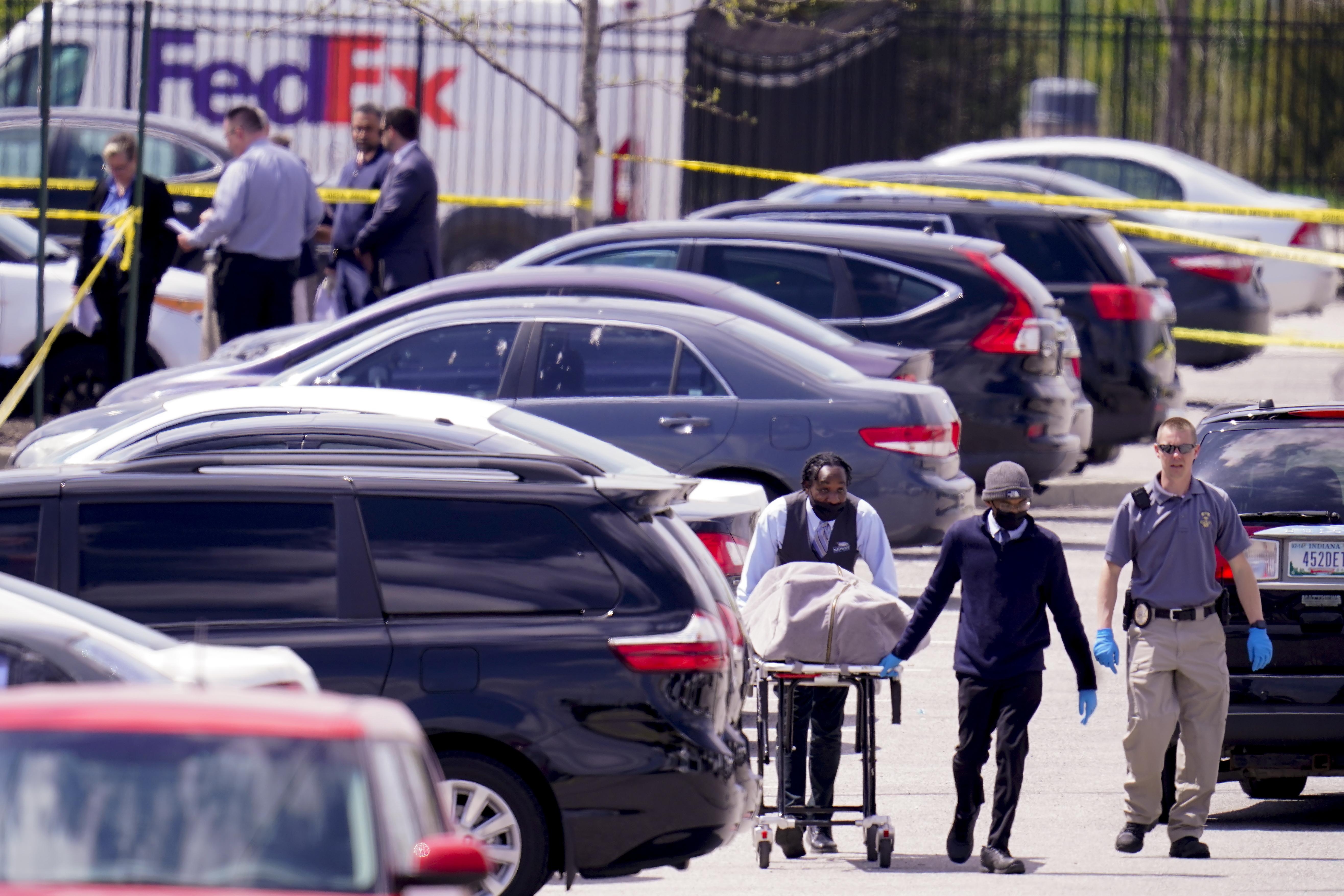 El cuerpo de una de las víctimas del tiroteo es trasladado desde el lugar de los hechos.