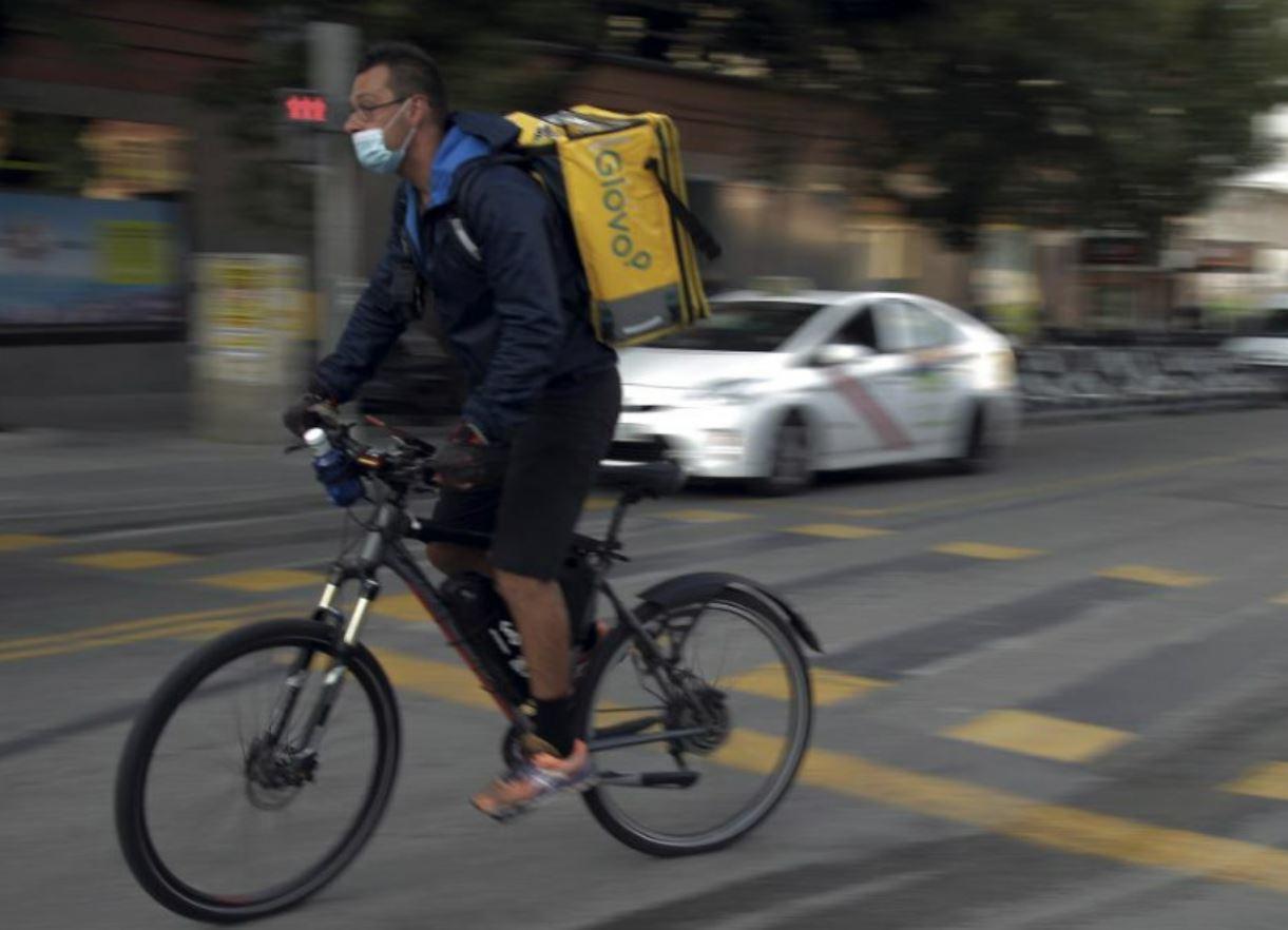 Un repartidor de Gloovo en bicicleta.