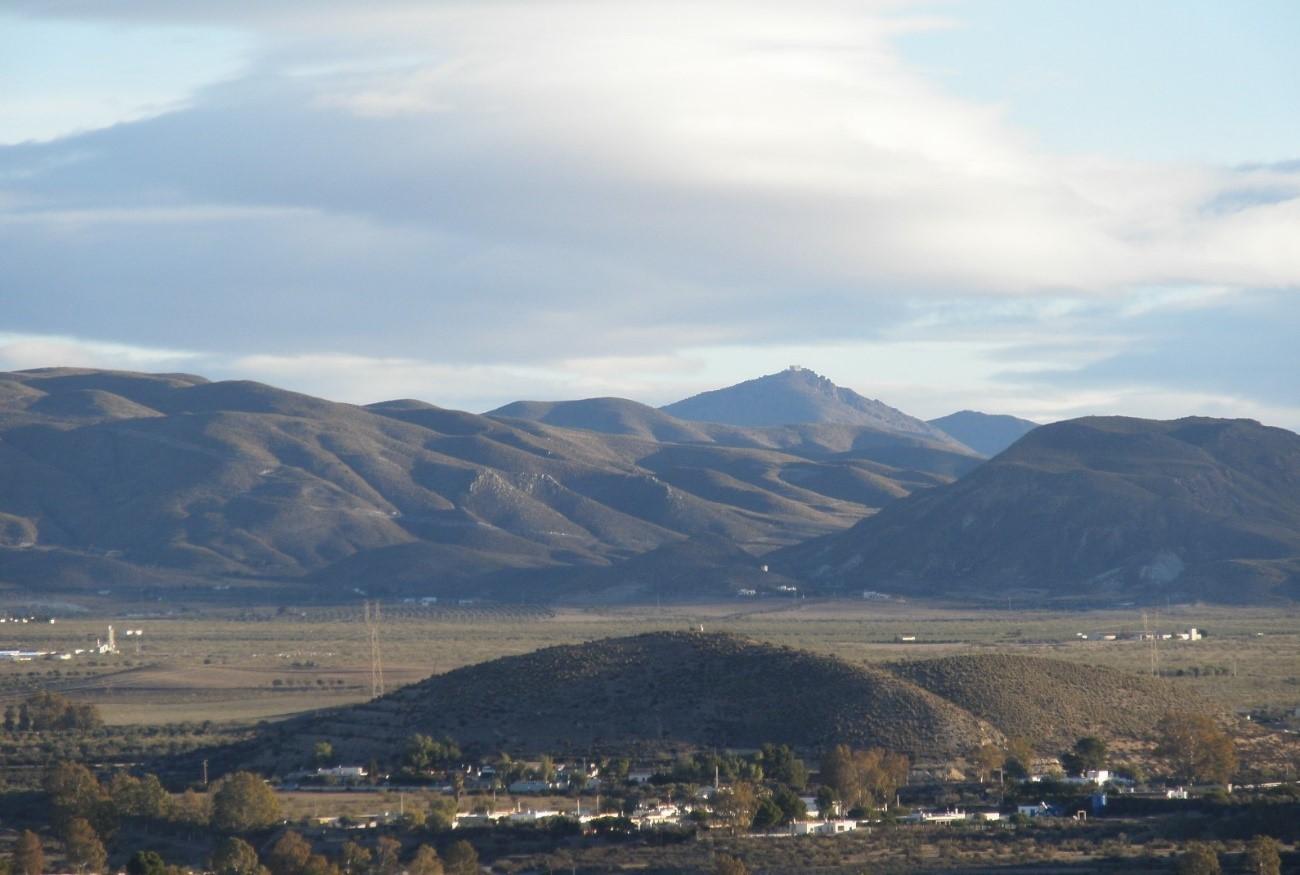 El campo de Tabernas, donde se levantarán parques fotovoltaicos, en una vista desde el castillo de la localidad.
