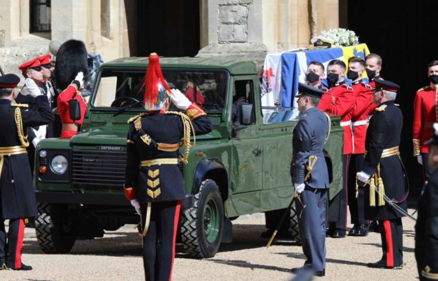 El féretro de Felipe de Edimburgo, a su llegada a la capilla de San Jorge. Un vehículo Land Rover Defender 130 Gun Bus, modificado para la ocasión, ha sido el encargado de transportar el ataúd, sobre el que reposarán el estandarte personal del príncipe consorte, su gorra de oficial de la Armada y su espada.
