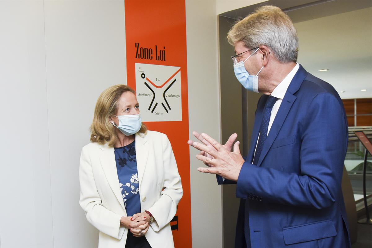 La vicepresidenta Nadia Calviño y el comisario europeo económico Paolo Gentiloni.
