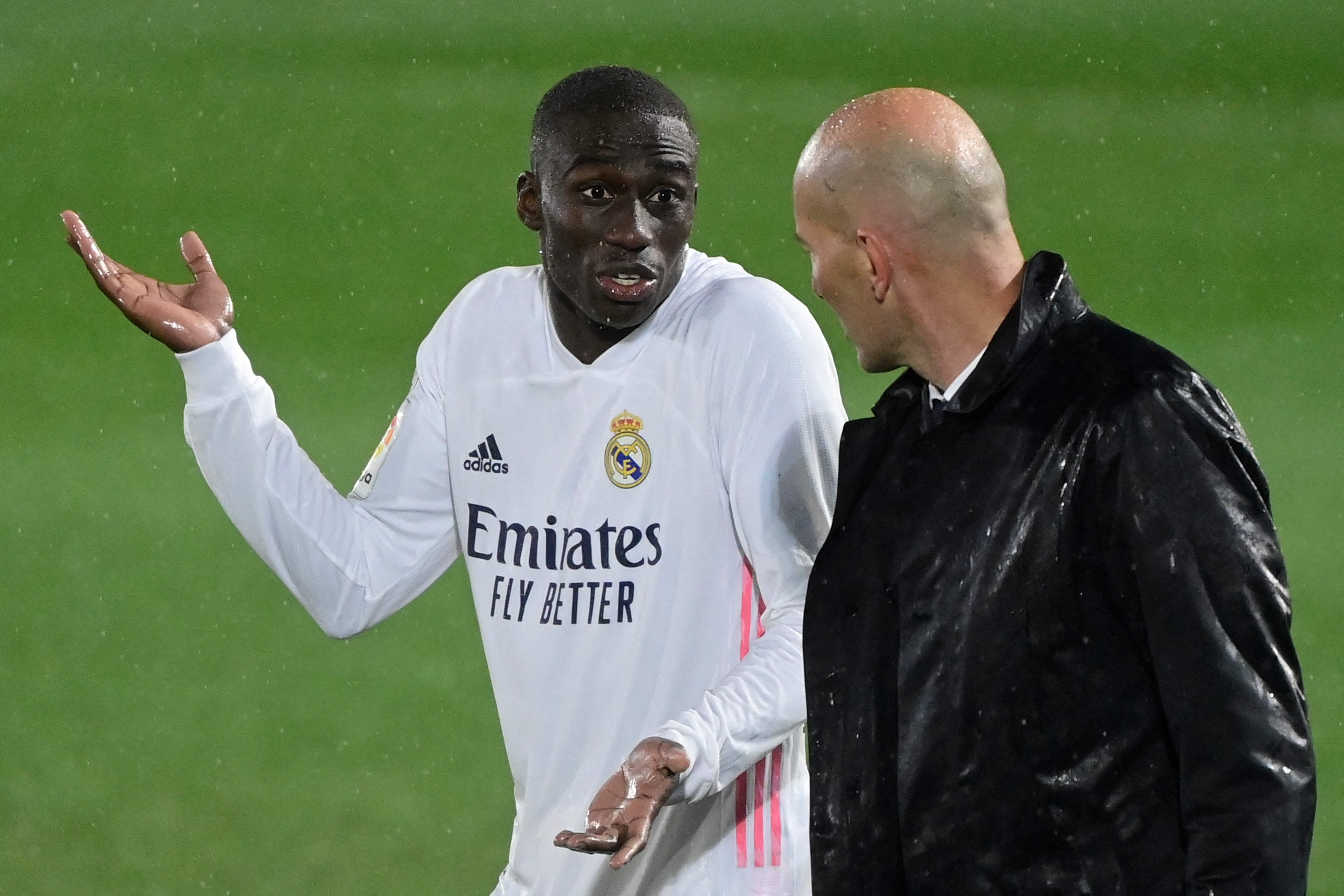 Mendy charla con Zidane tras un partido.