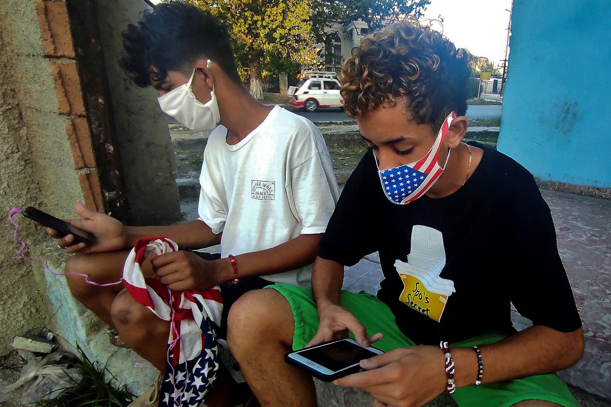 Jóvenes cubanos en internet.