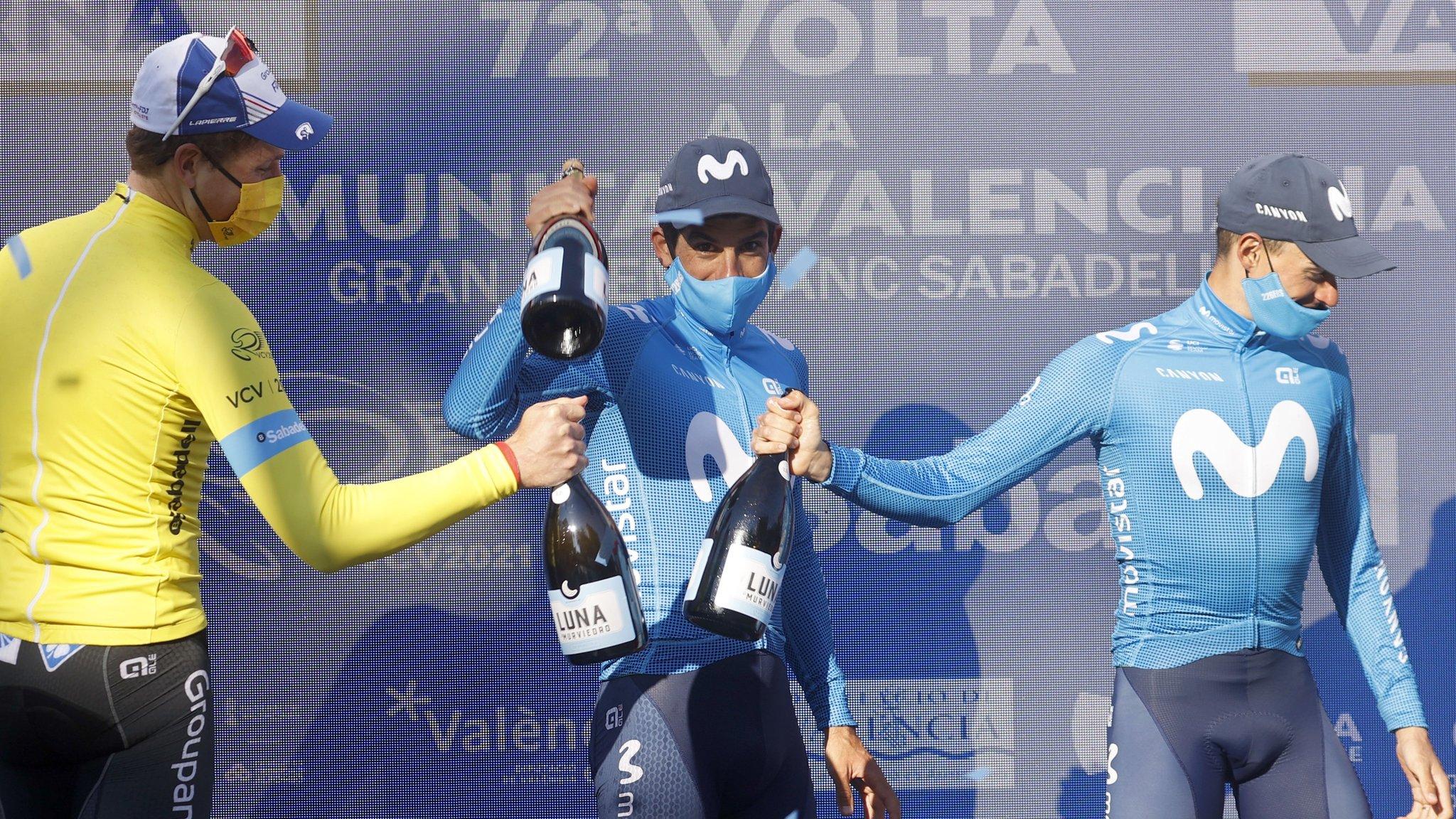 Stefan Küng, vencedor de la Vuelta a la Comunidad Valenciana brinda con Nelson Oliveira (c) y Enric Mas, acompañantes en el podio final.