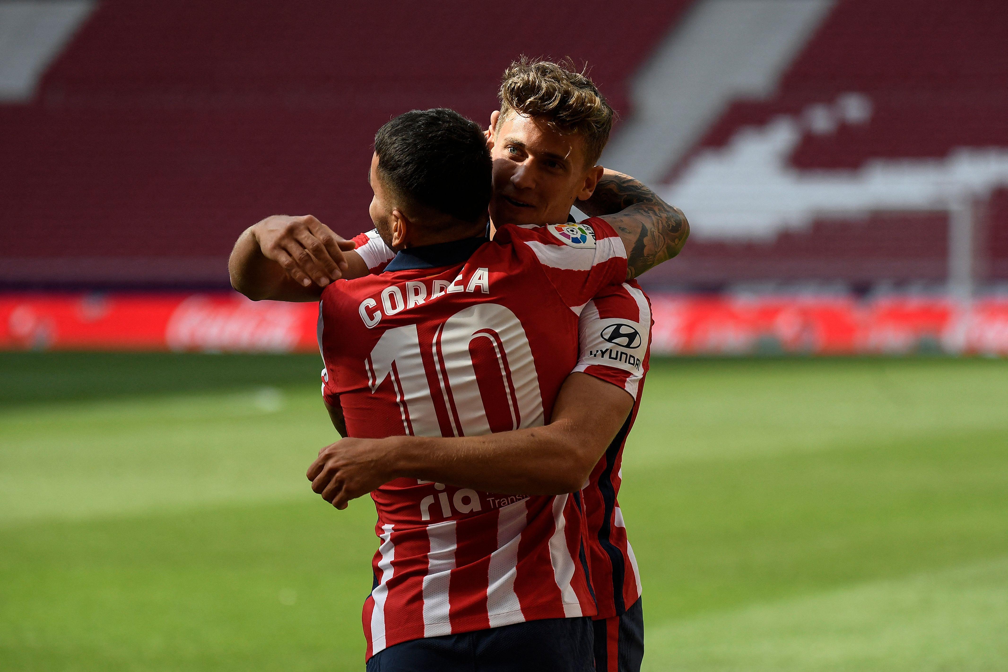 Correa y Llorente celebran uno de los goles del Atlético al Eibar.