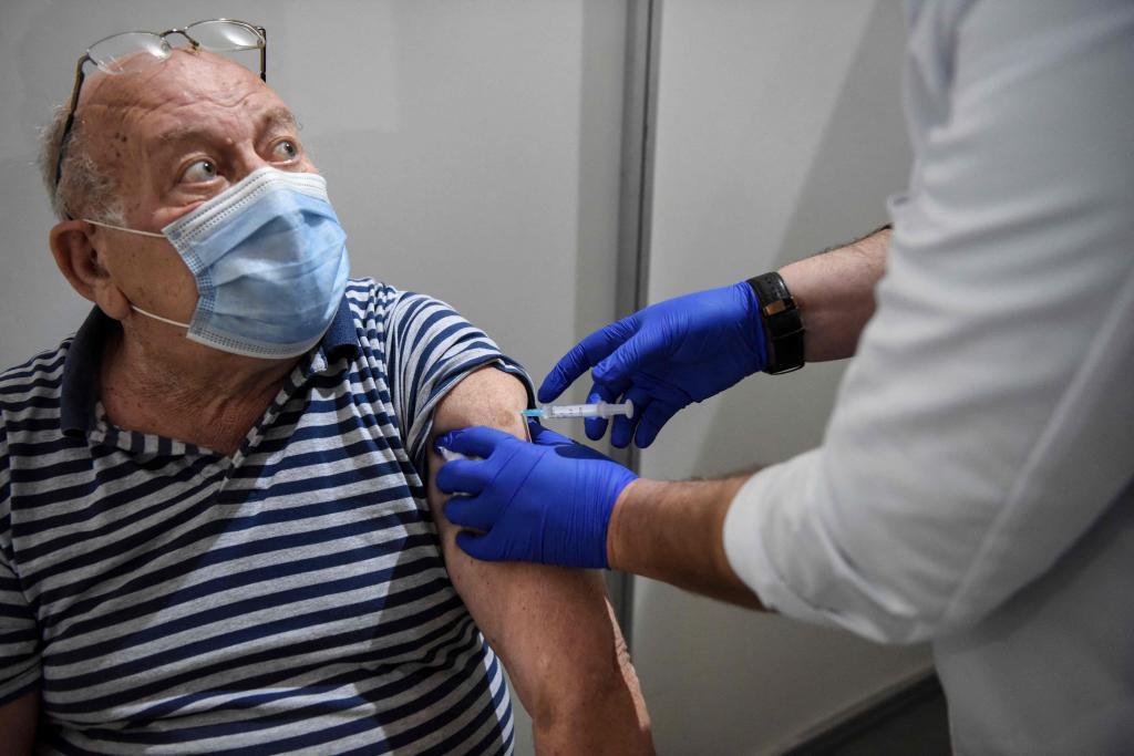 Un hombre recibe una vacuna contra el coronavirus.