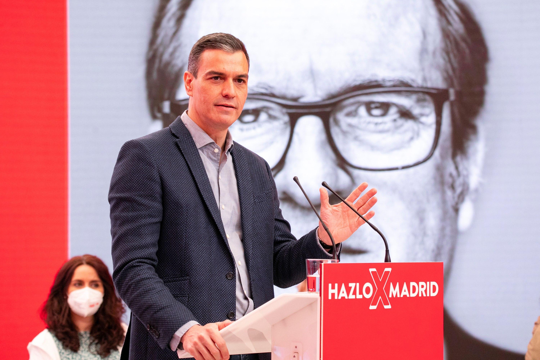El presidente del Gobierno,  Pedro Sánchez, en un acto electoral con Ángel Gabilondo este domingo en Madrid.