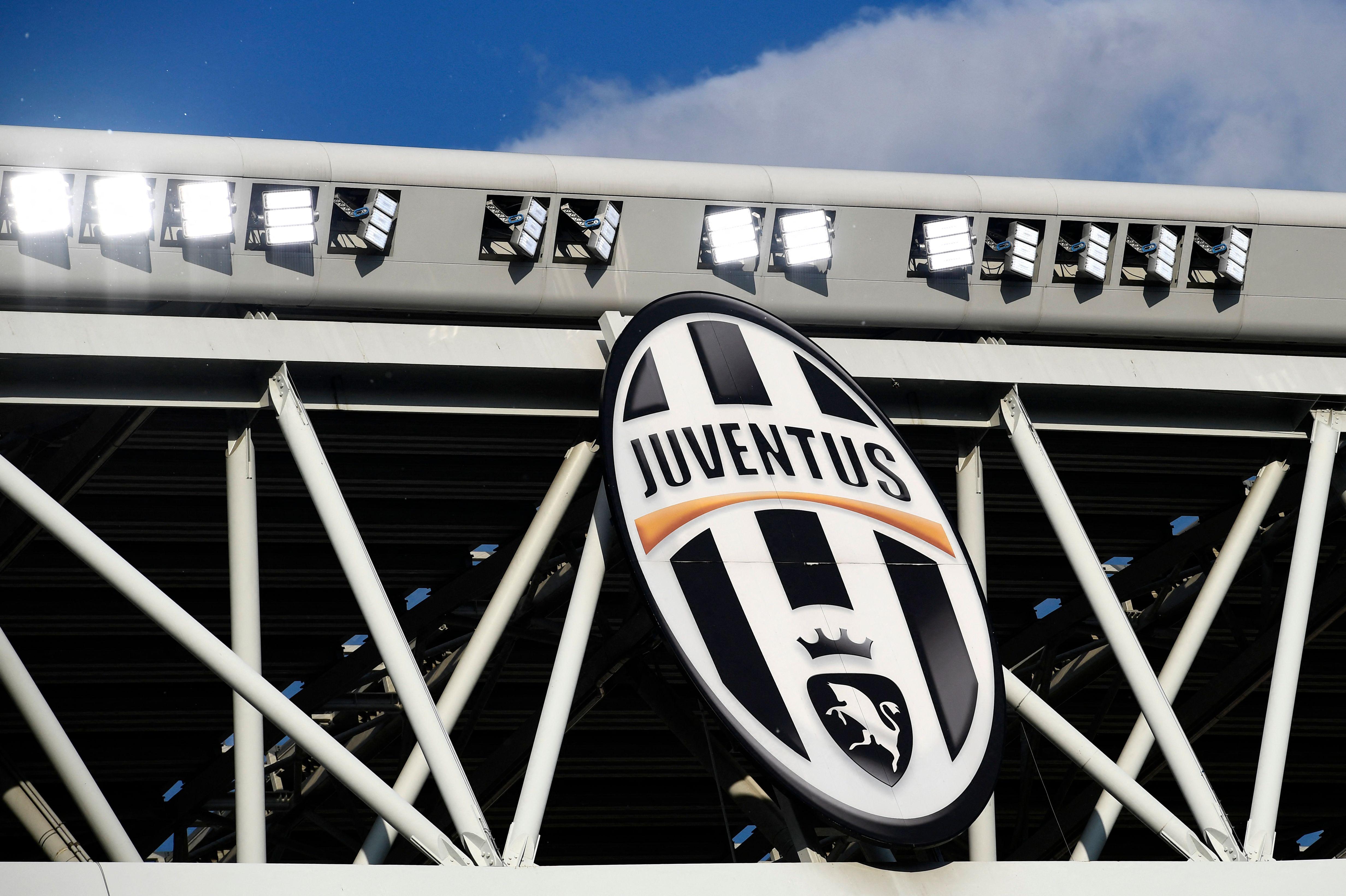 Escudo de la Juventus de Turín en su estadio de fútbol.