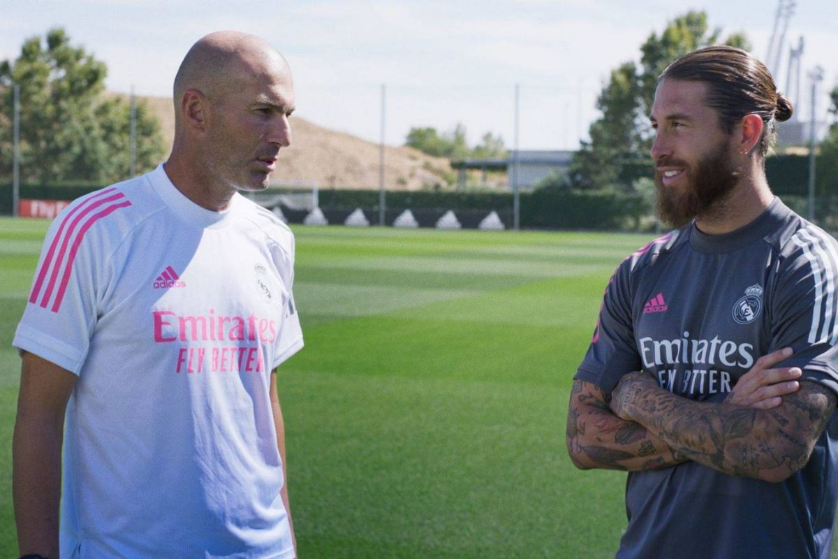 Sergio Ramos charla con Zinedine Zidane.
