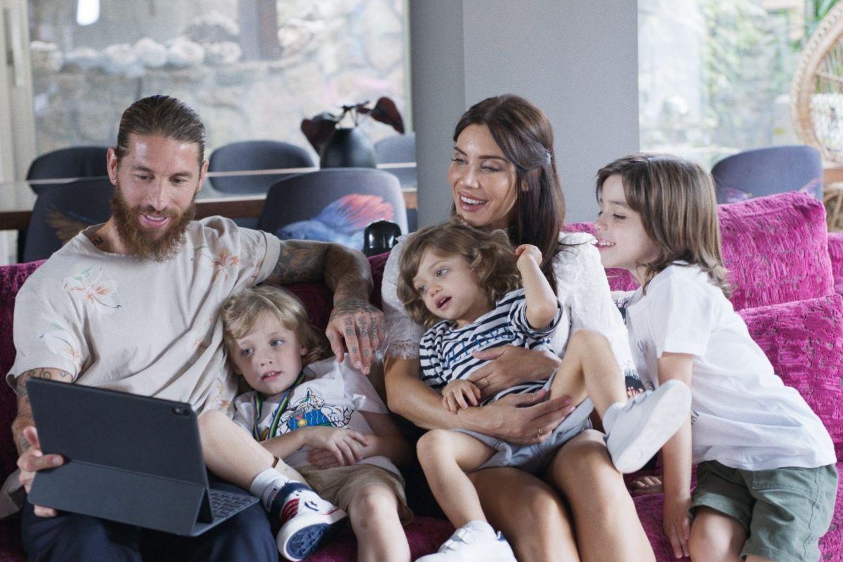 Ramos, junto a Pilar Rubio, su mujer, y tres de sus cuatro hijos.