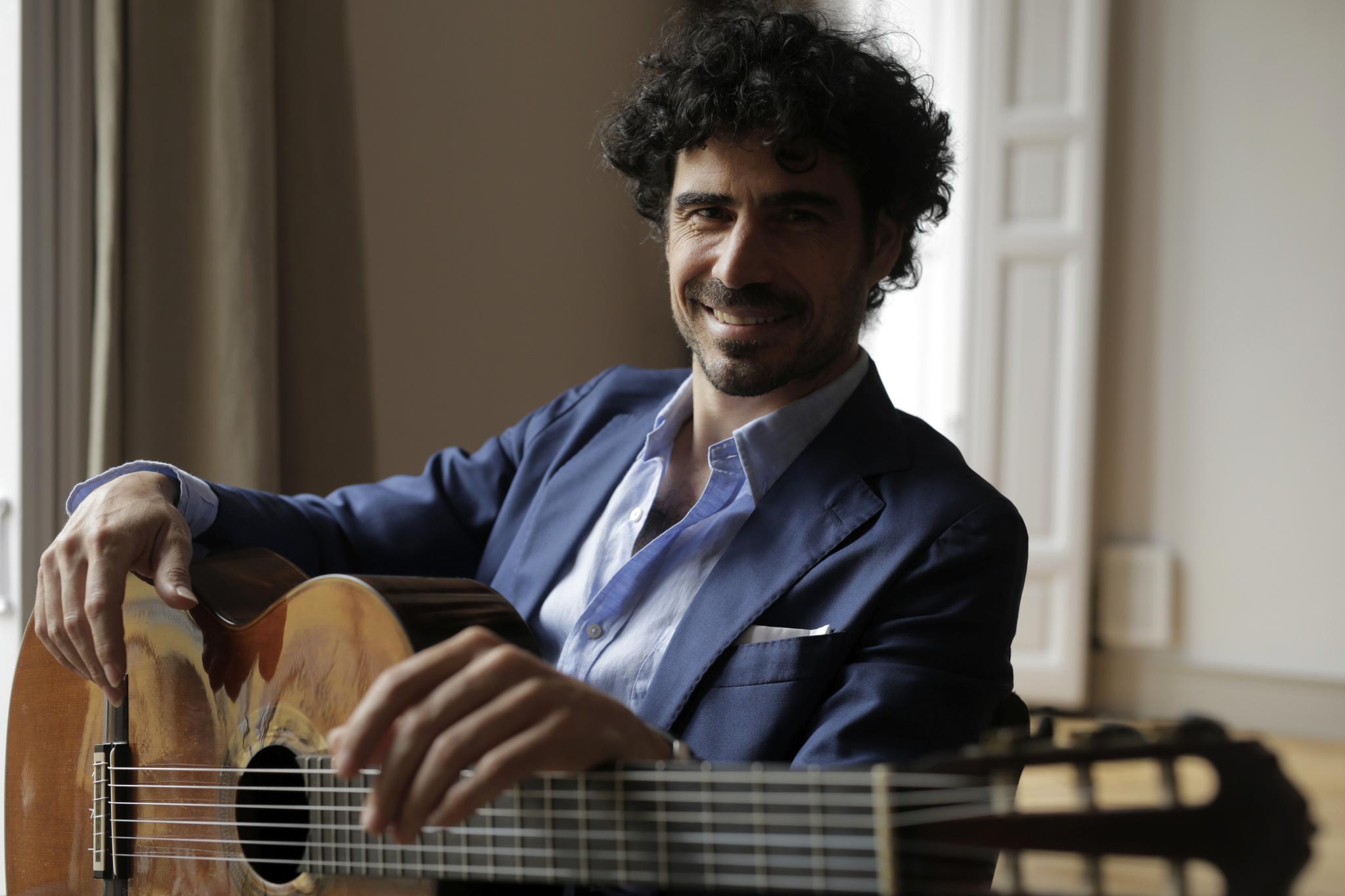 Pablo Sáinz-Villegas, con su guitarra.