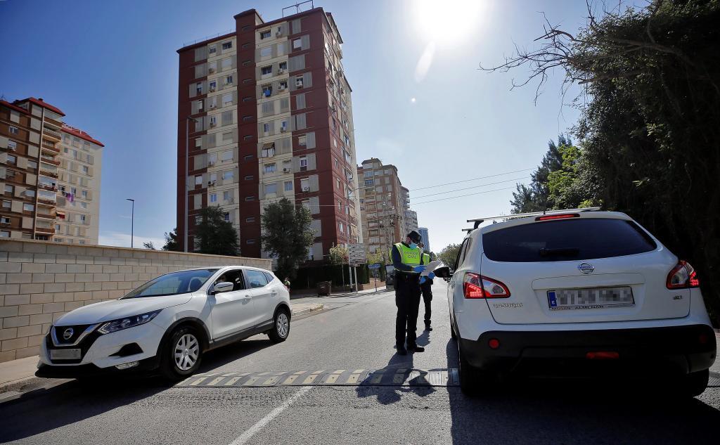 Un agente de la Guardia Civil revisa la documentación de un vehículo.