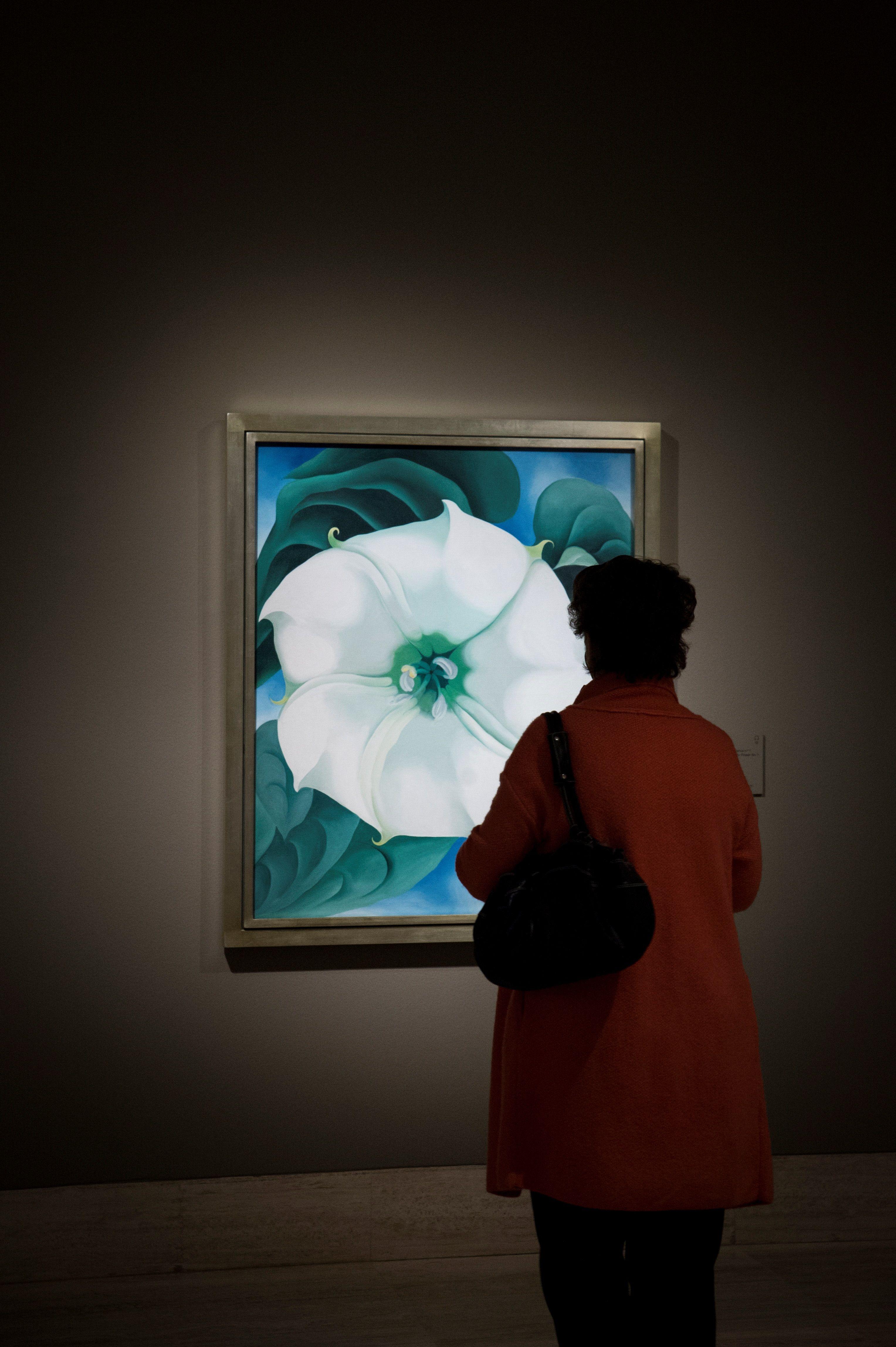 Una mujer visita la exposición de Georgia O'Keeffe