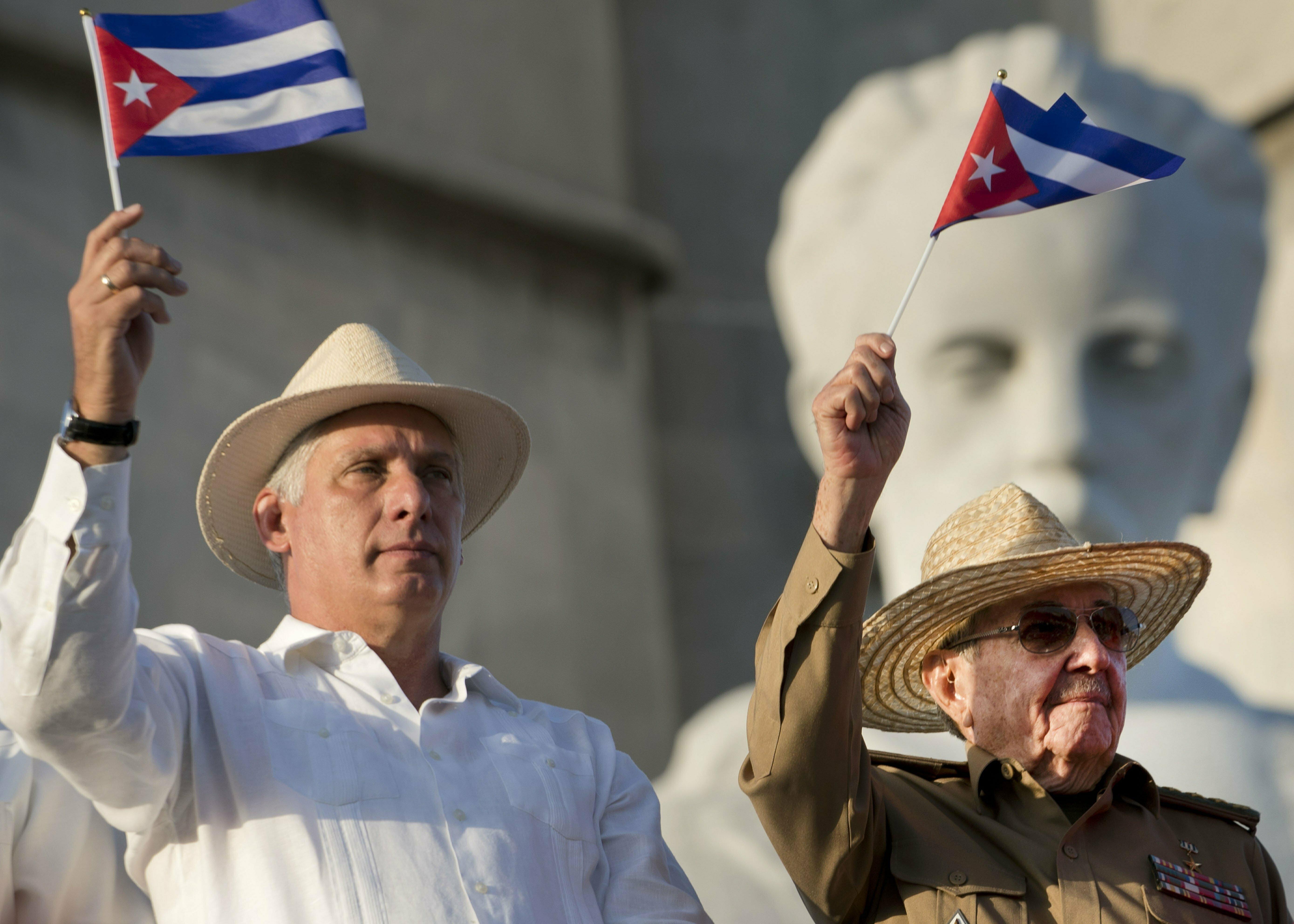 El presidente Miguel Díaz-Canel, a la izquierda, junto a Raúl Castro.