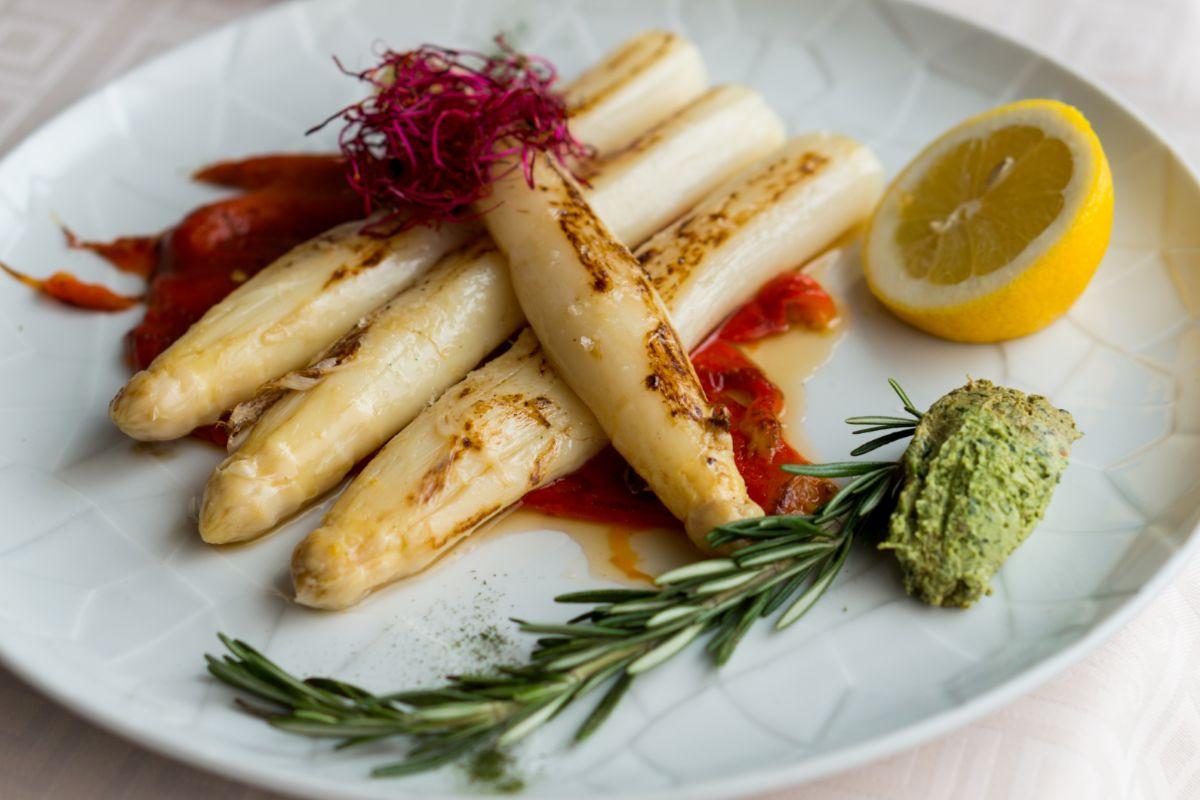 Marcados a la plancha con pimiento asado y mousse de albahaca, en Méndez.